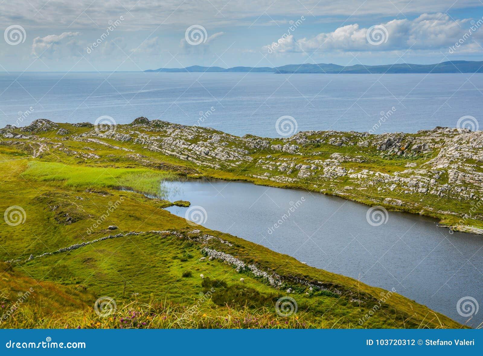 Bedöva irländskt landskap, Lough Akeen nära huvudet för får` s, Coomacullen, ståndsmässig kork, Irland