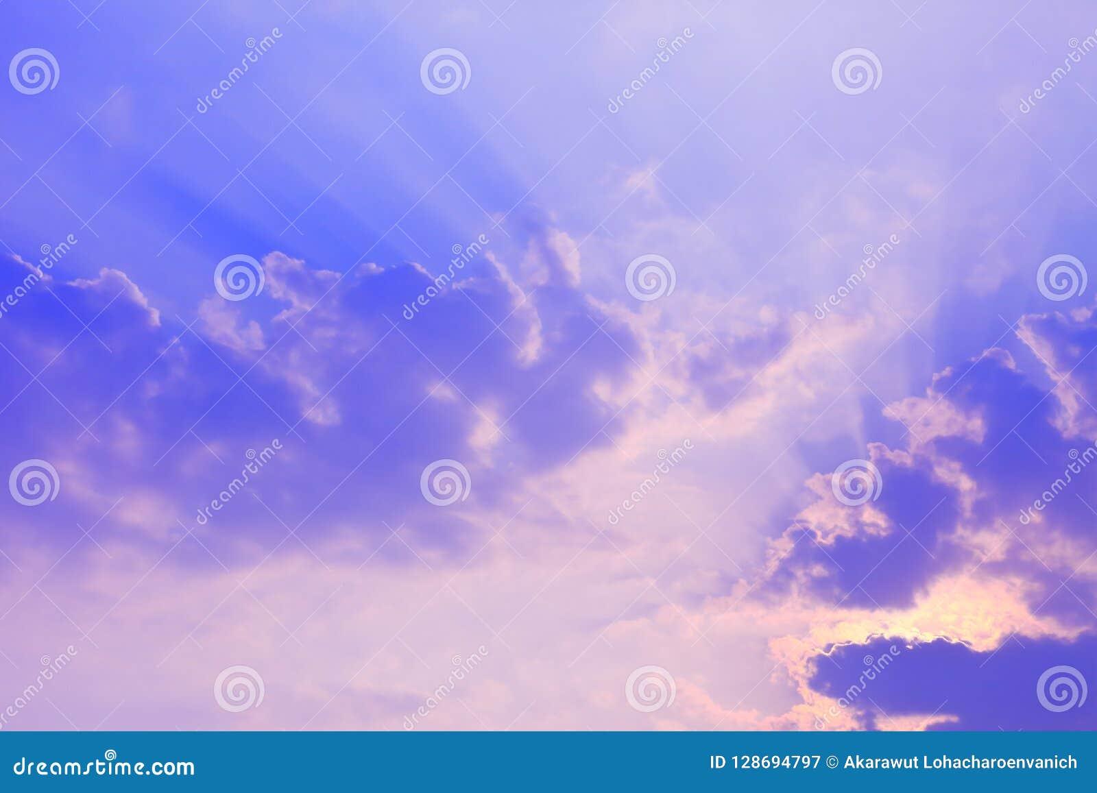 Bedöva ljusa sken för sol till och med molnet i en ljus blå himmel