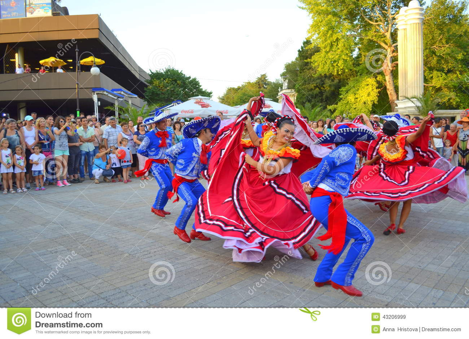 Download Bedöva mexicansk dans redaktionell fotografering för bildbyråer. Bild av älskvärt - 43206999
