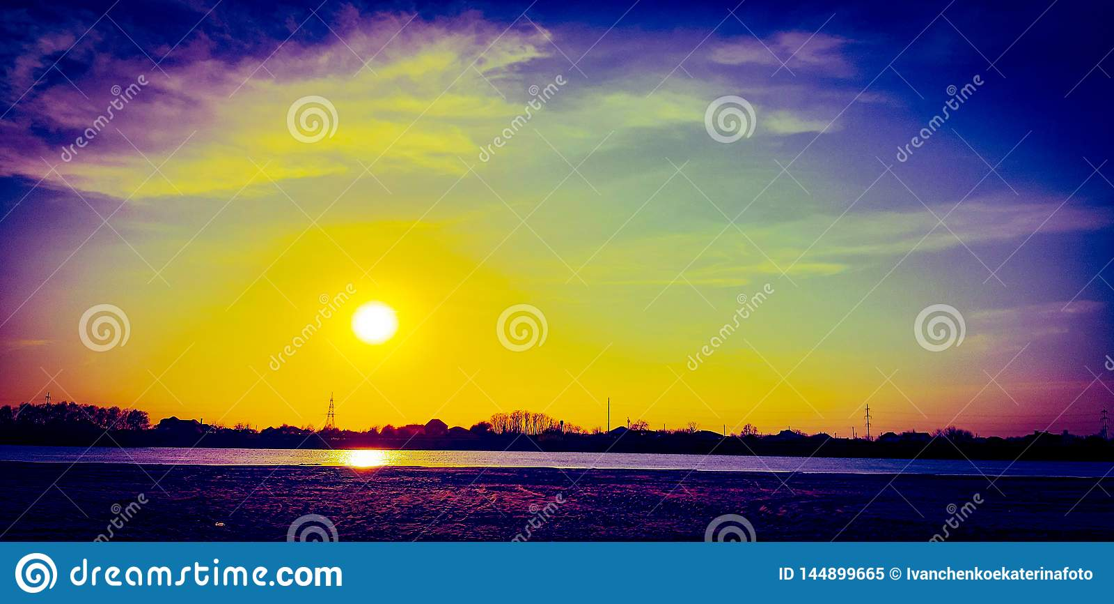 Bedöva mycket färgrik himmel över den Kuban floden!