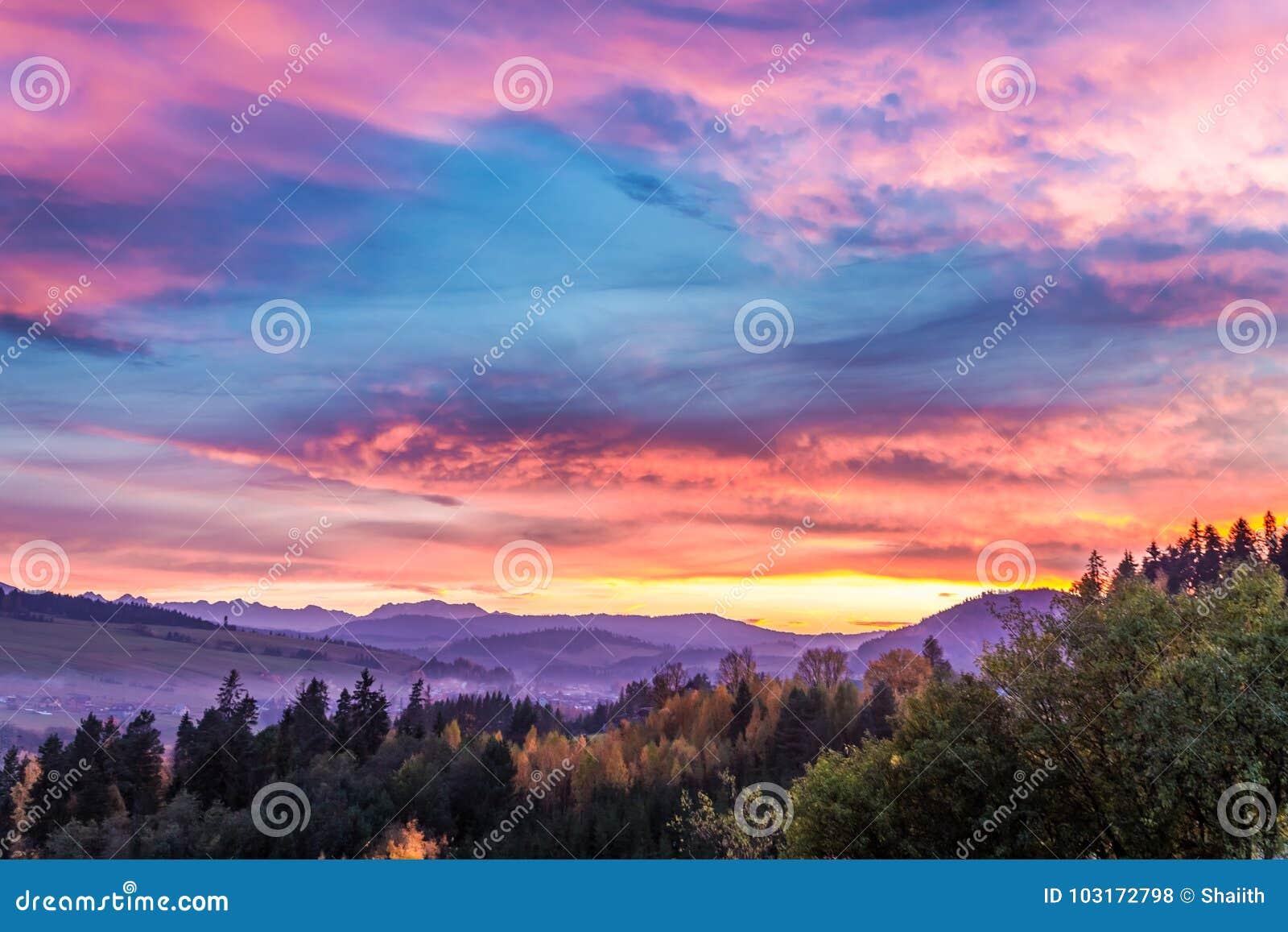 Bedöva slotten vid sjön på solnedgången i höst