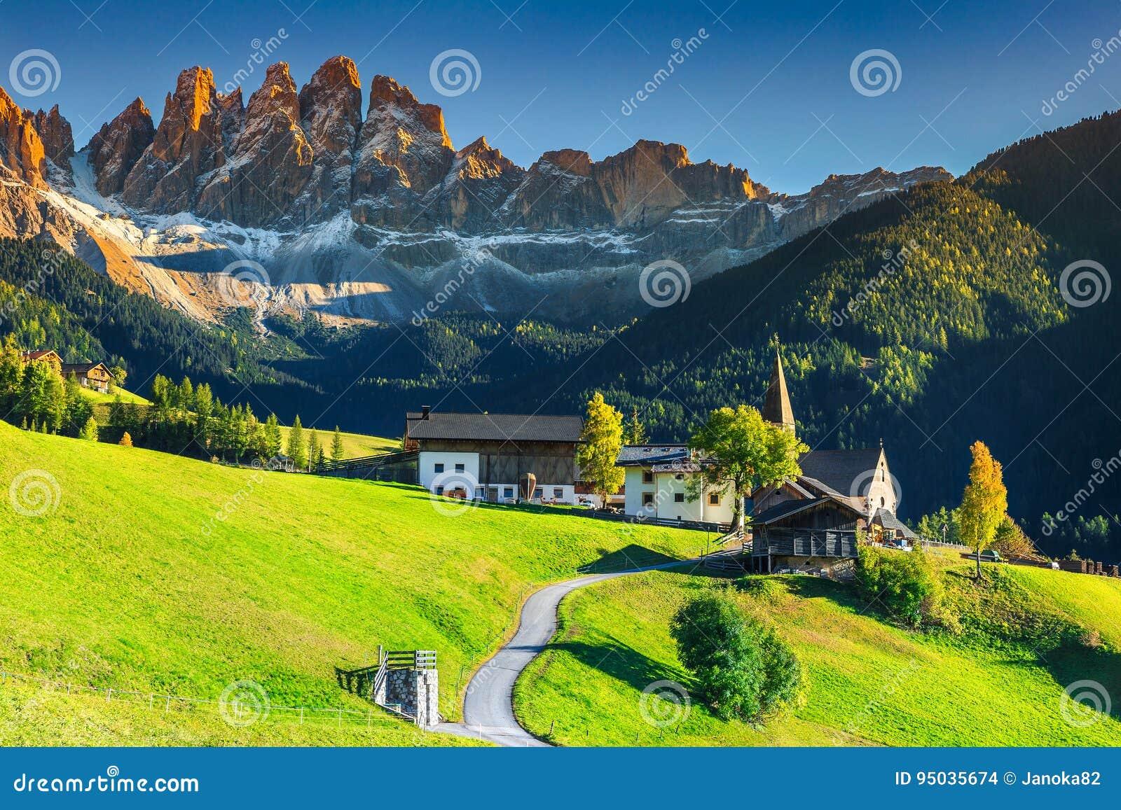 Bedöva sommarlandskap med den Santa Maddalena byn, Dolomites, Italien, Europa