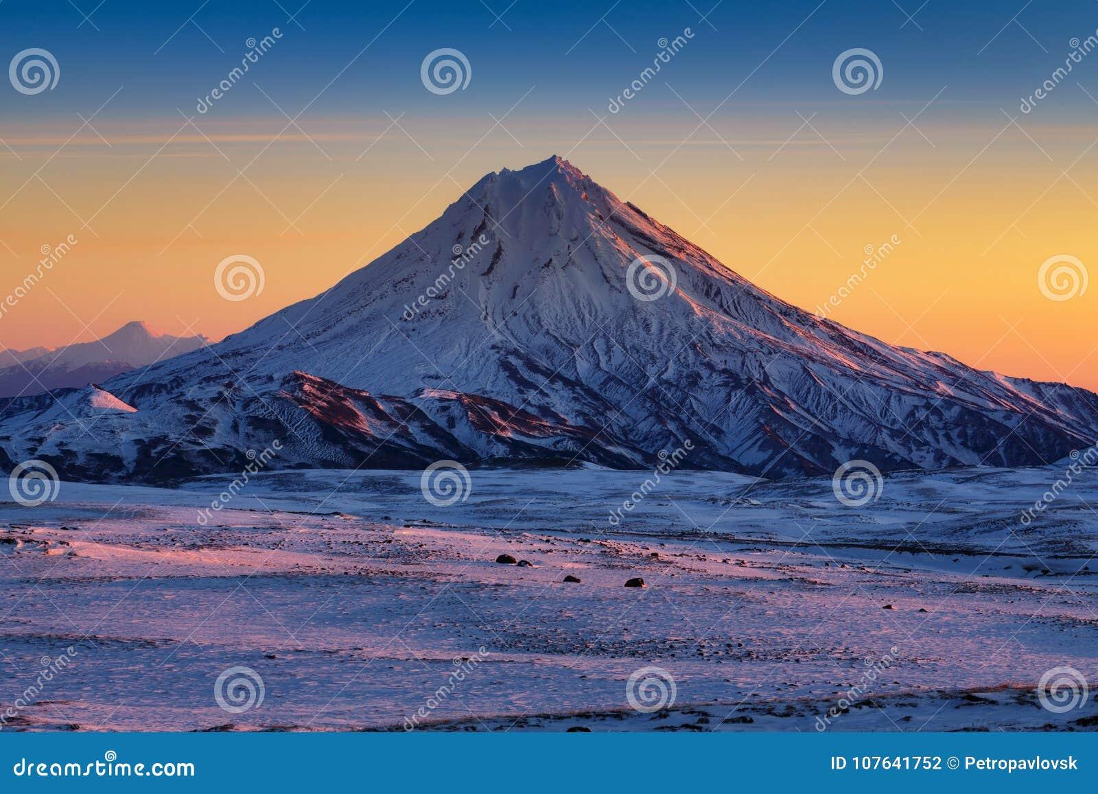 Bedöva vinterberglandskap av den Kamchatka halvön på soluppgång