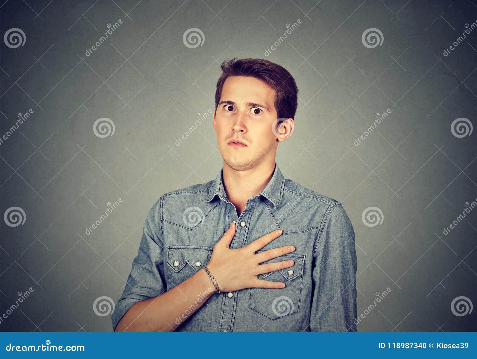 Bedövad man med handen på bröstkorg