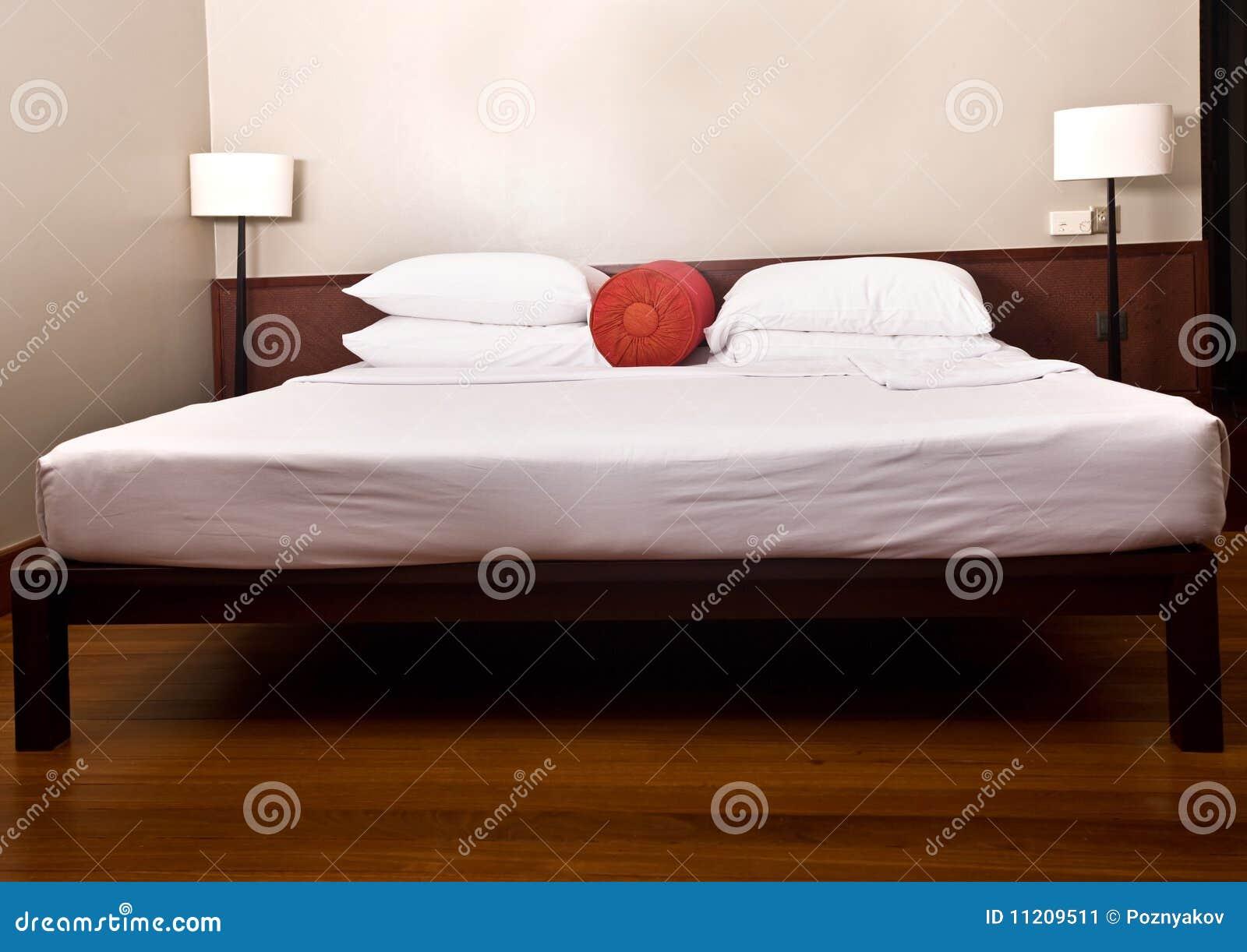 Bed en hoofdeinde in slaapkamer met lamp. stock afbeelding ...