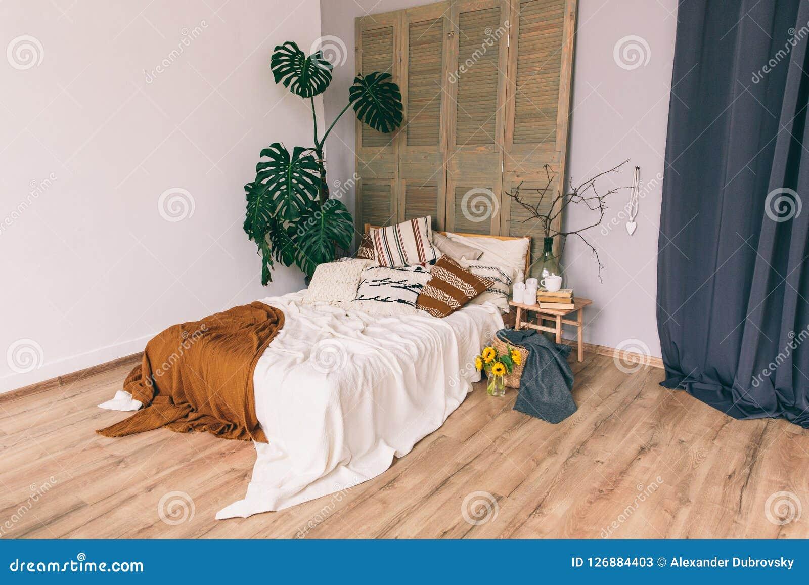 Bed met dekens en hoofdkussens in een slaapkamer Binnenland van de ruimte