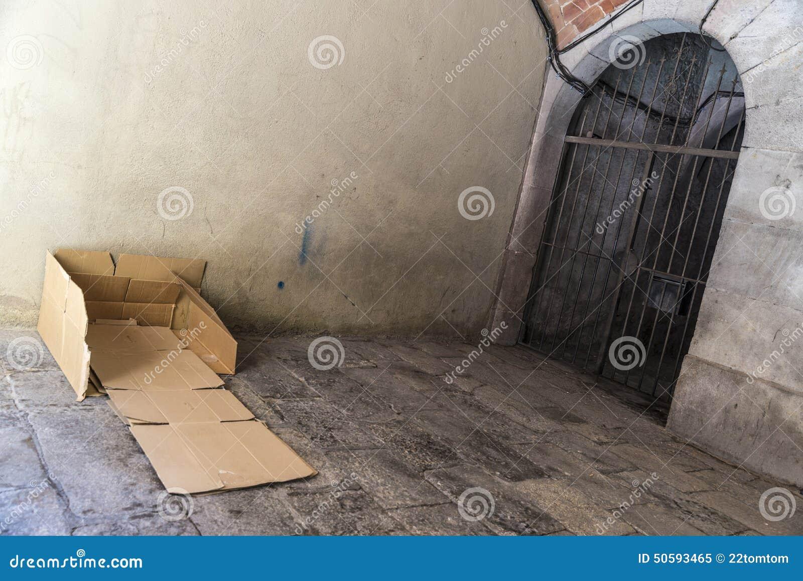 Bed Van Karton : Bed van kartons van een dakloze mens wordt gemaakt die stock
