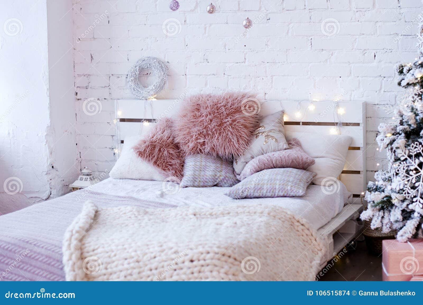 Bed Van Pallets : Bed van pallets met pluizige roze hoofdkussens wordt gemaakt dat