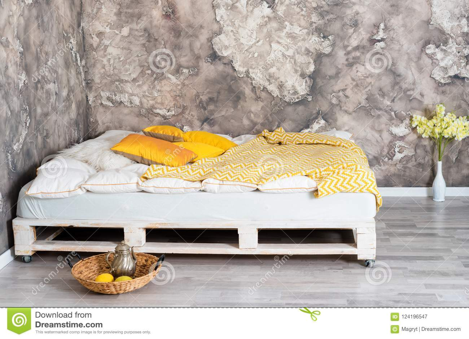 Bed Van Pallets : Bed van pallets in zolderbinnenland dat wordt gemaakt stock