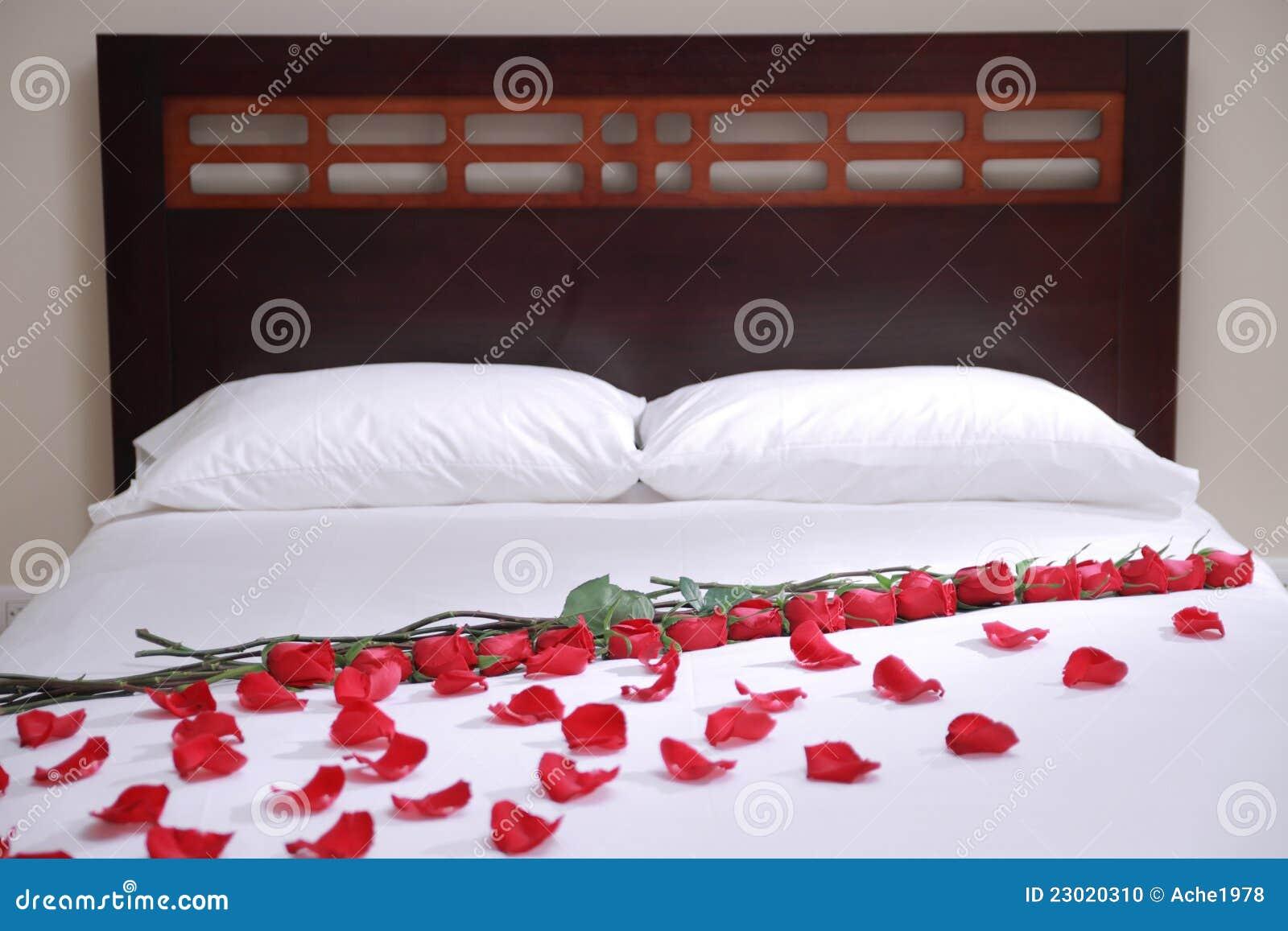 Bed Met Rozen.Bed Van Rozen Stock Foto Afbeelding Bestaande Uit Meubilair 23020310