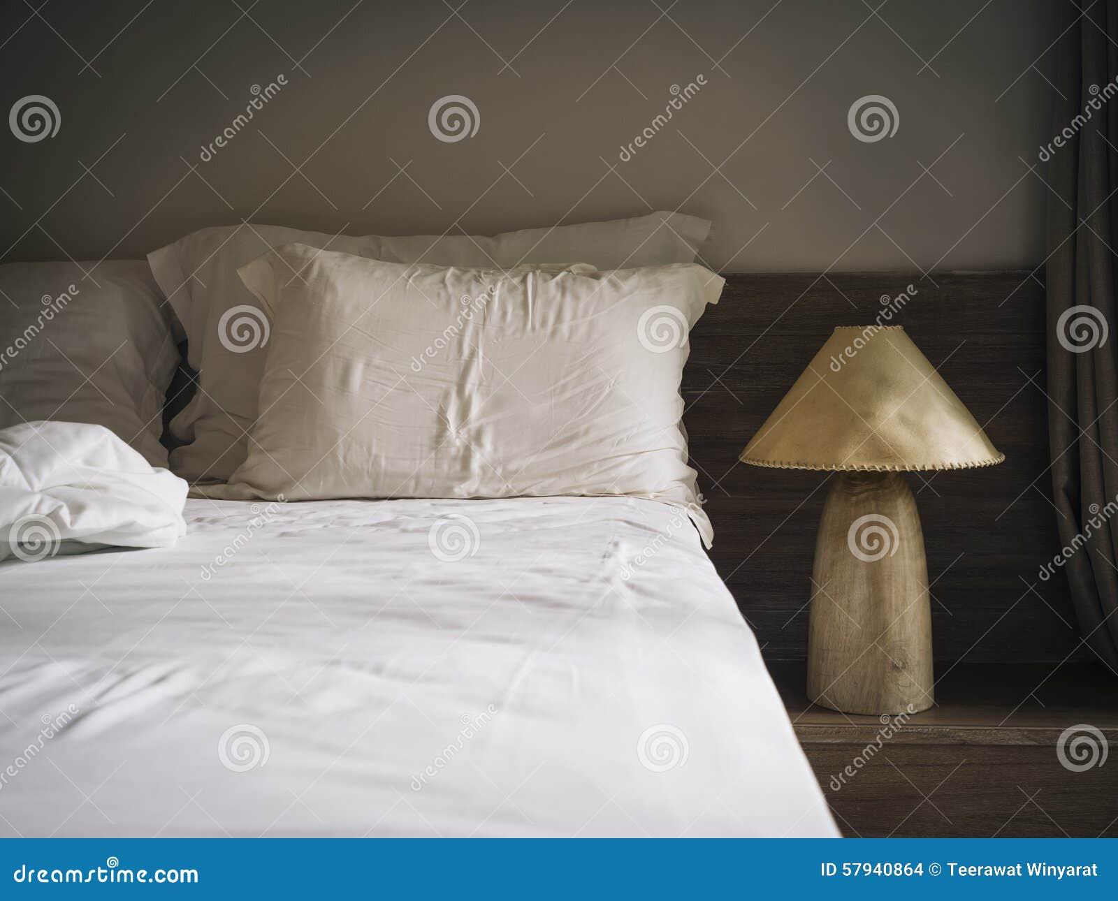 bedblad matress en hoofdkussens in slaapkamer met lamp natuurlijke stijl