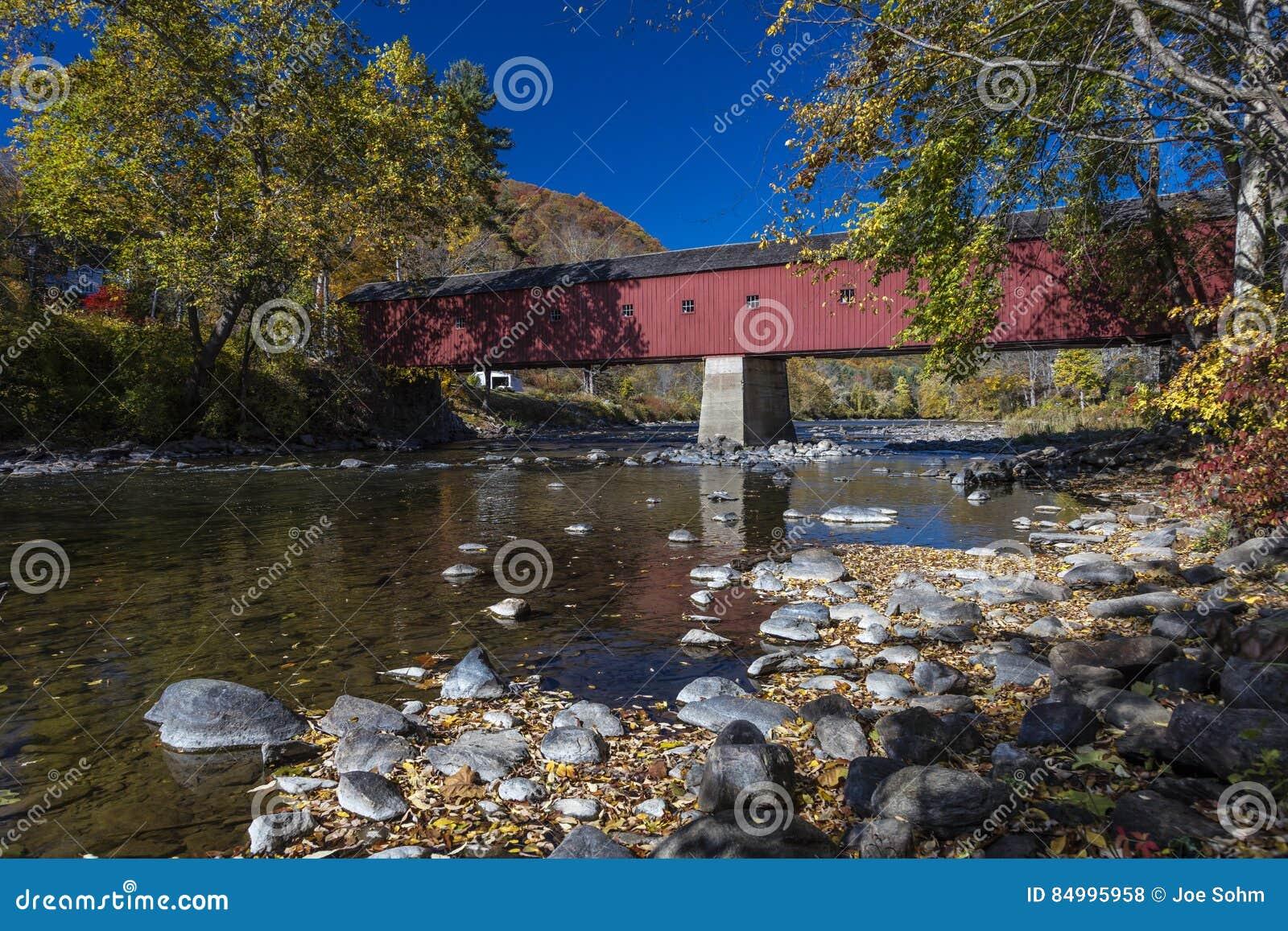 Bedeckte rote Brücke, West- Cornwall-überdachte Brücke über Housatonic-Fluss, West-Cornwall, Connecticut, USA - 18. Oktober 2016