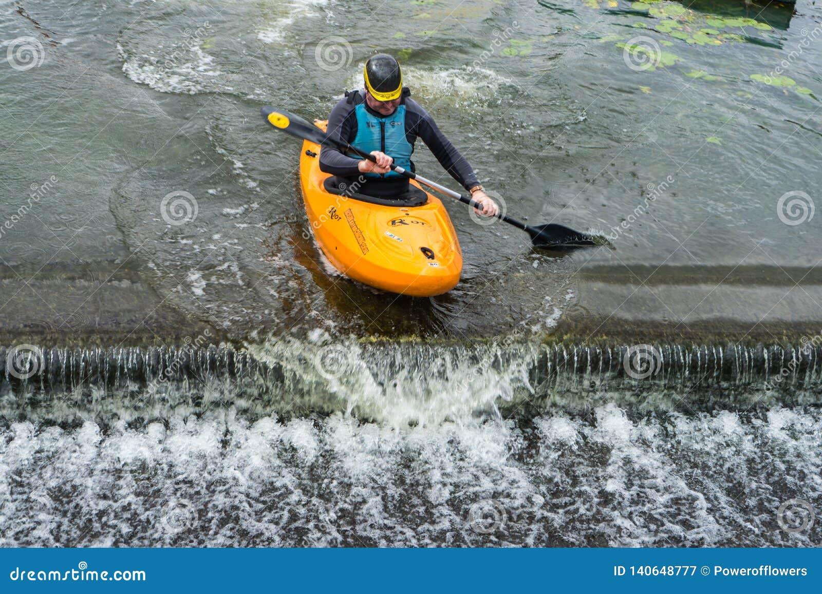 Bedford, Bedfordshire, het UK, 19 Augustus, 2018 Stroomversnelling het kayaking in het UK, de snelle reacties en de sterke boot c