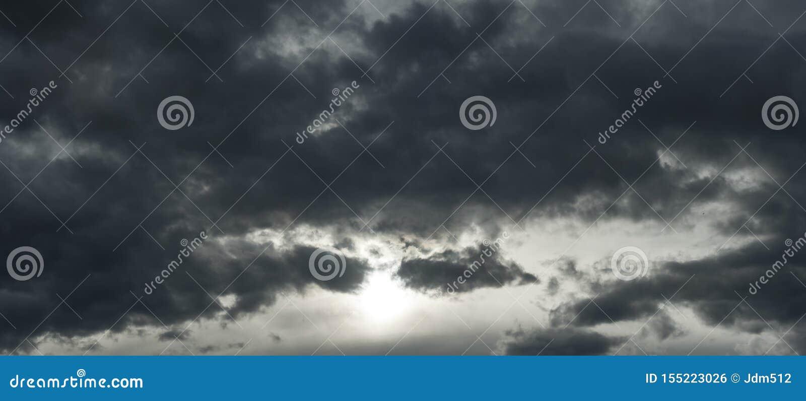 Bedreigend donkere wolken die bijna de volledige hemel behandelen