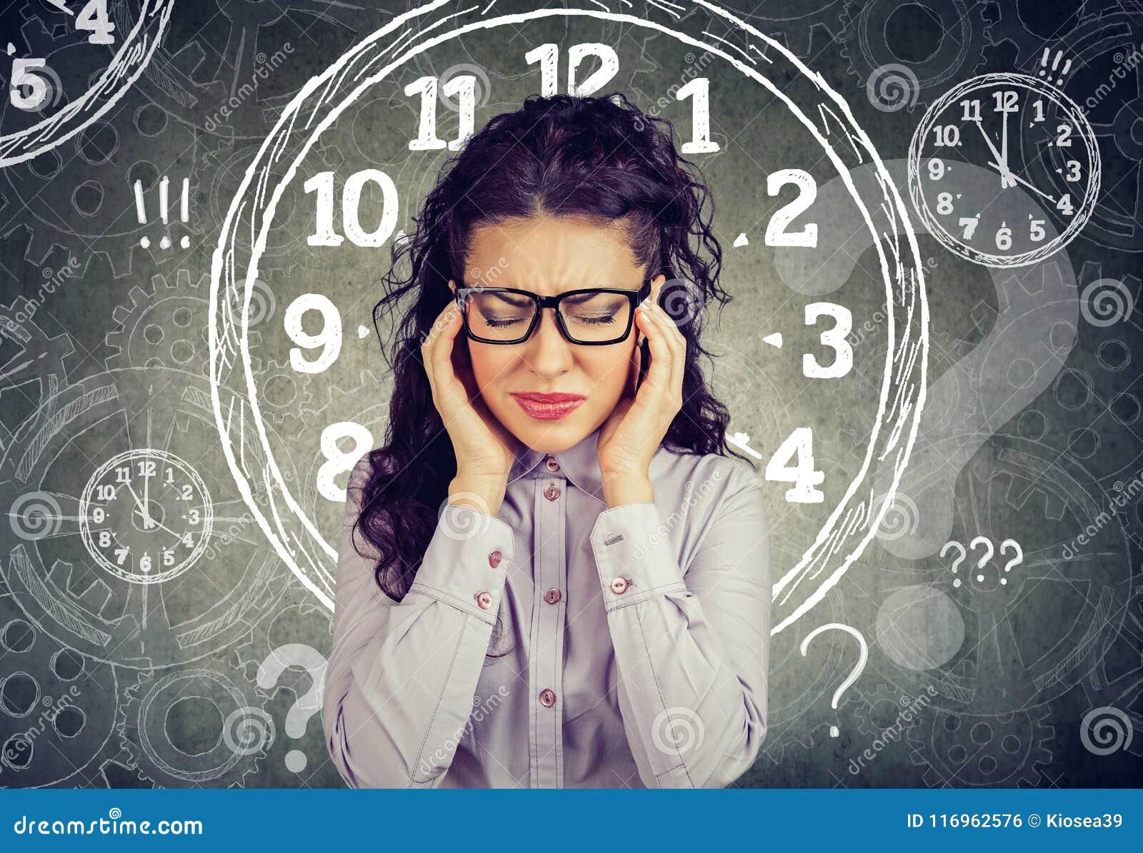 Bedrijfs beklemtoond die vrouwengevoel door gebrek aan tijd wordt gedrukt
