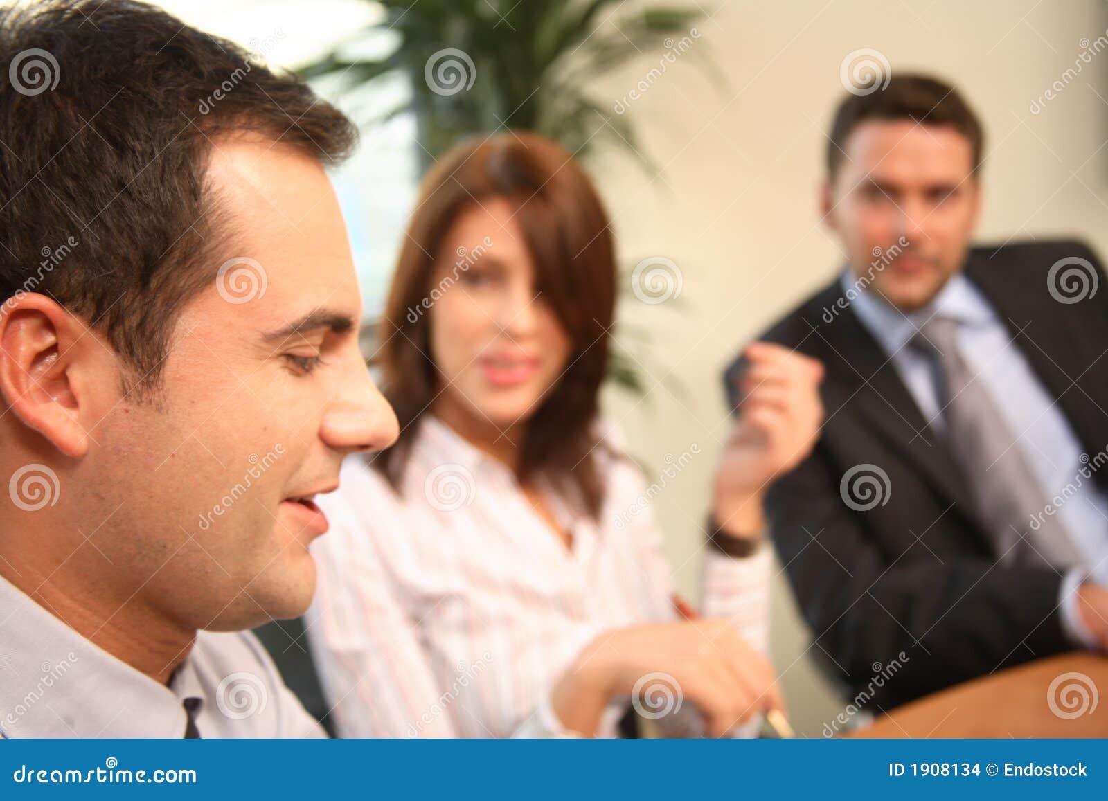 Bedrijfs beroeps die op de vergadering spreken