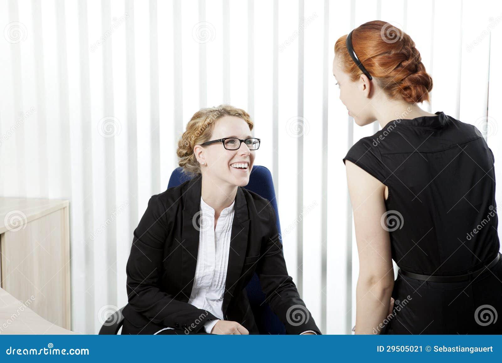 Bedrijfs collega s die een praatje hebben