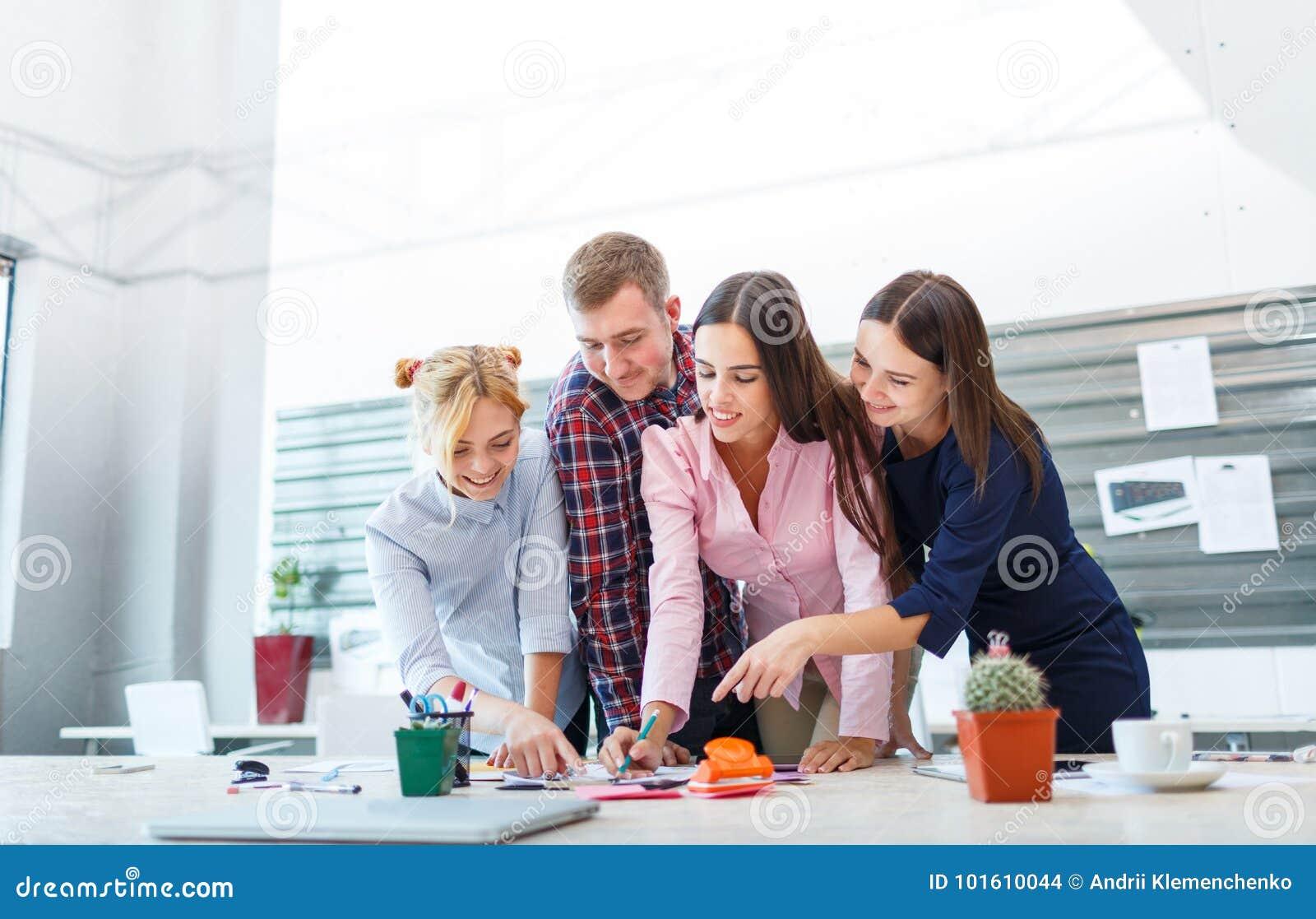 Bedrijfs commerciële vergadering in het bureau met jongeren
