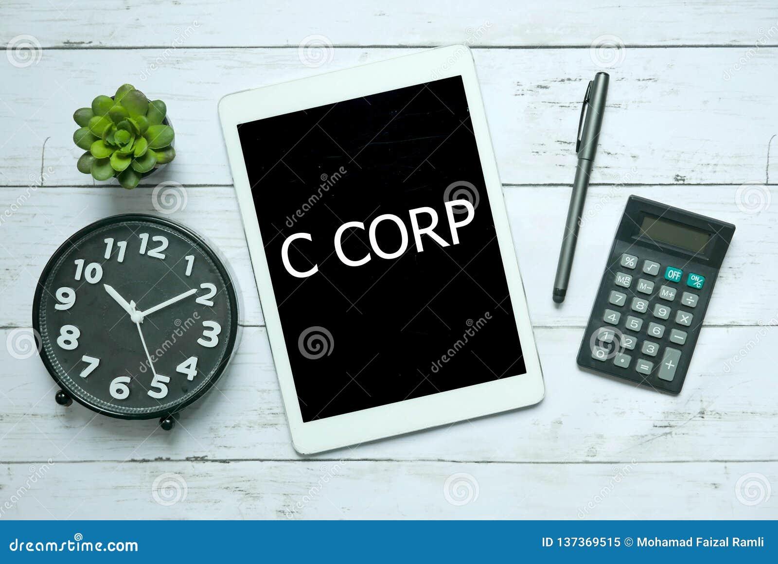 Bedrijfs concept Hoogste die mening van installatie, klok, calculator, pen en tablet met C Corp op witte houten achtergrond wordt