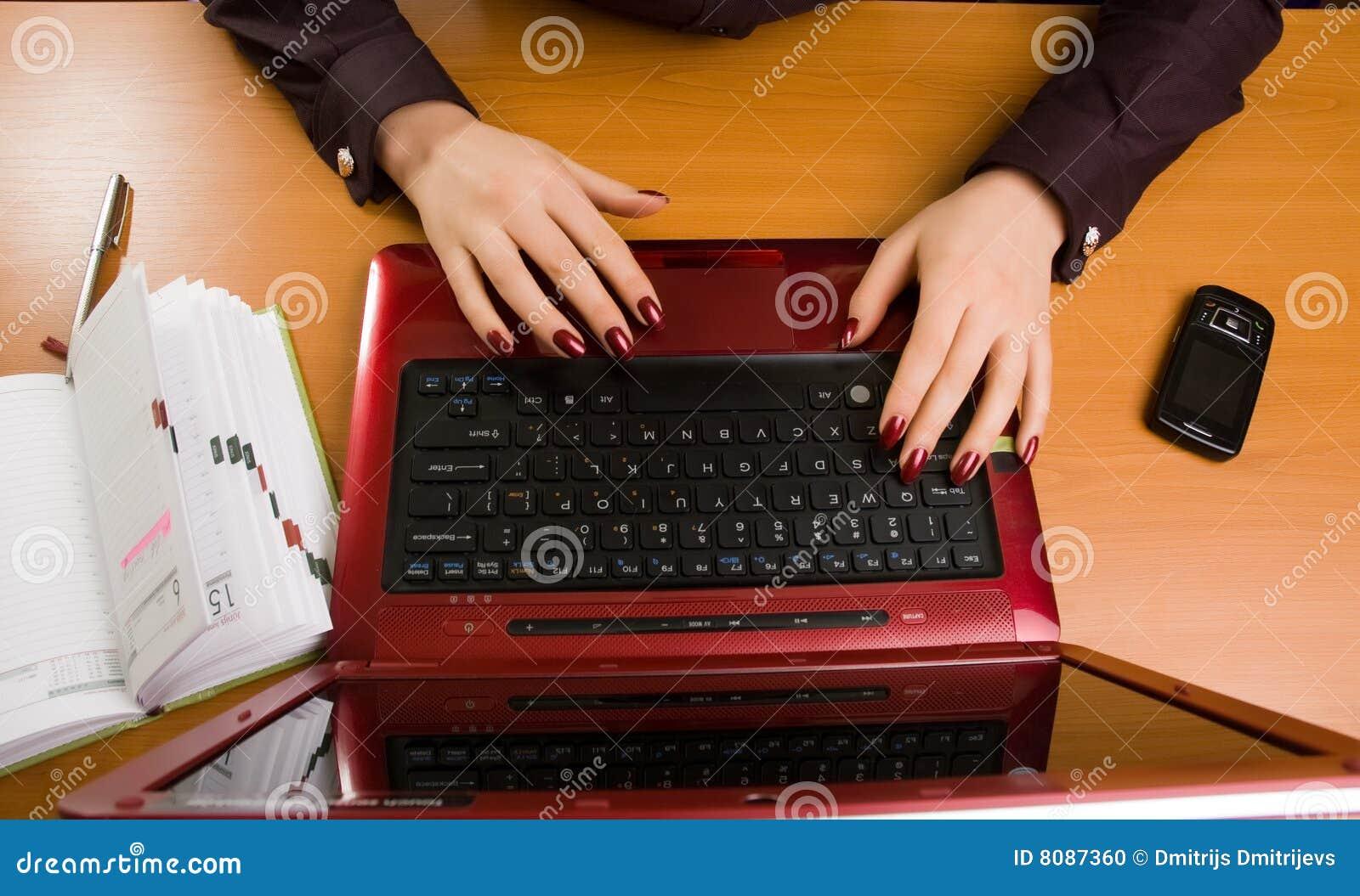Bedrijfs dame bij bureau het schrijven.