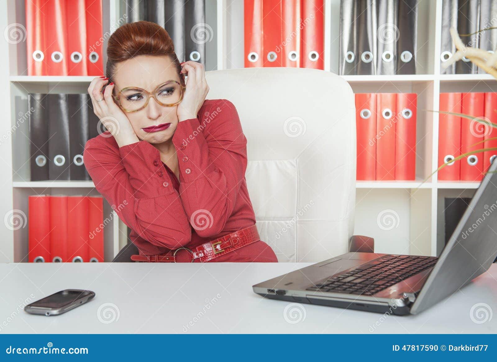 Bedrijfs doen schrikken vrouw het werken met computer