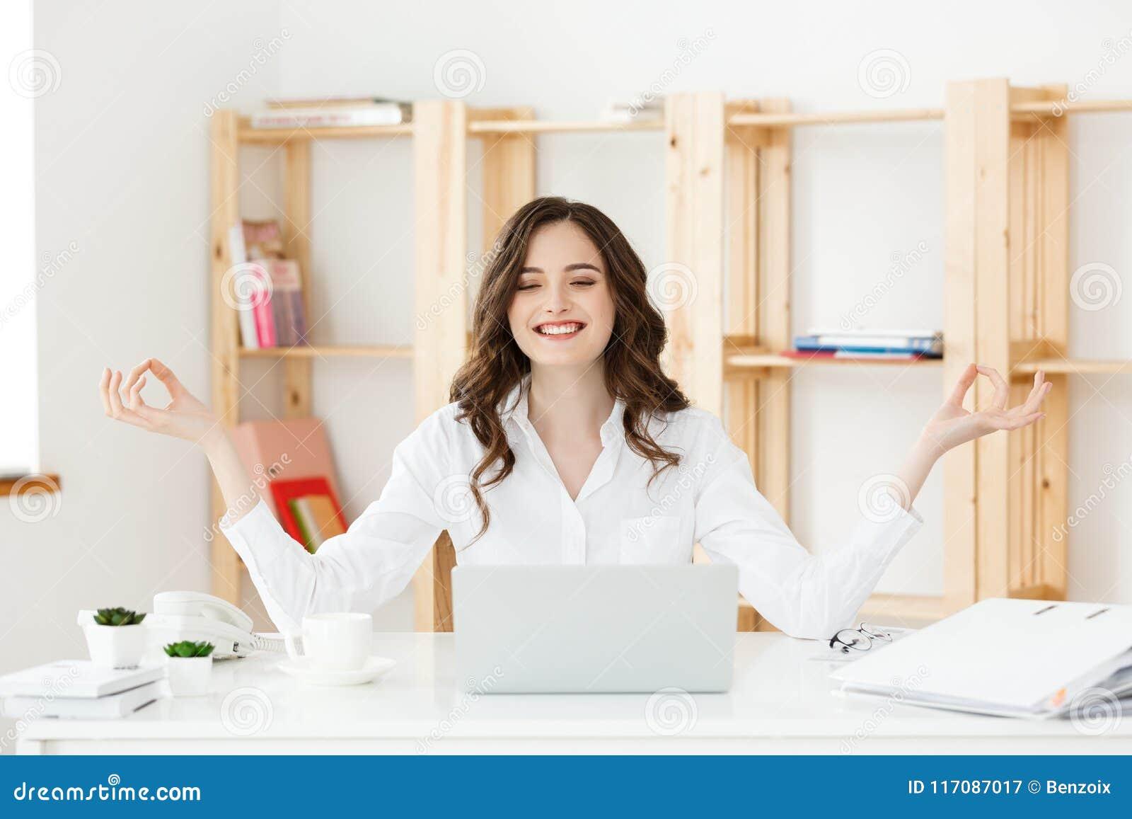 Bedrijfs en Gezondheidsconcept: Portret jonge vrouw dichtbij laptop, het praktizeren meditatie bij het bureau, voor