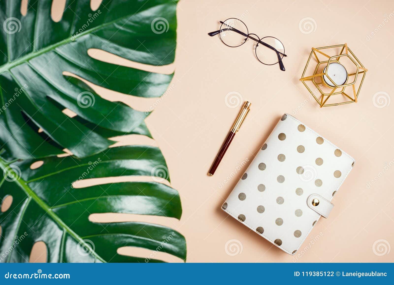 Bedrijfs flatlay model met de bladeren, de ontwerper, de kaars en de glazen van philodendronmonstera