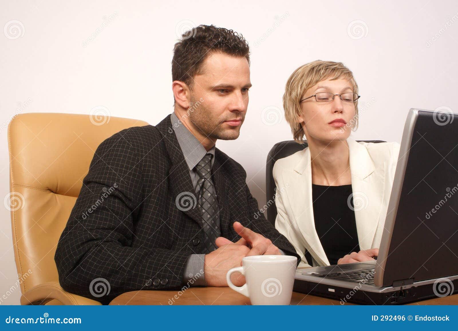 Bedrijfs man & vrouw die 2 samenwerken