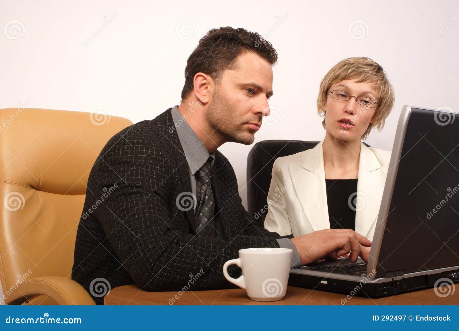 Bedrijfs man & vrouw die 3 samenwerken