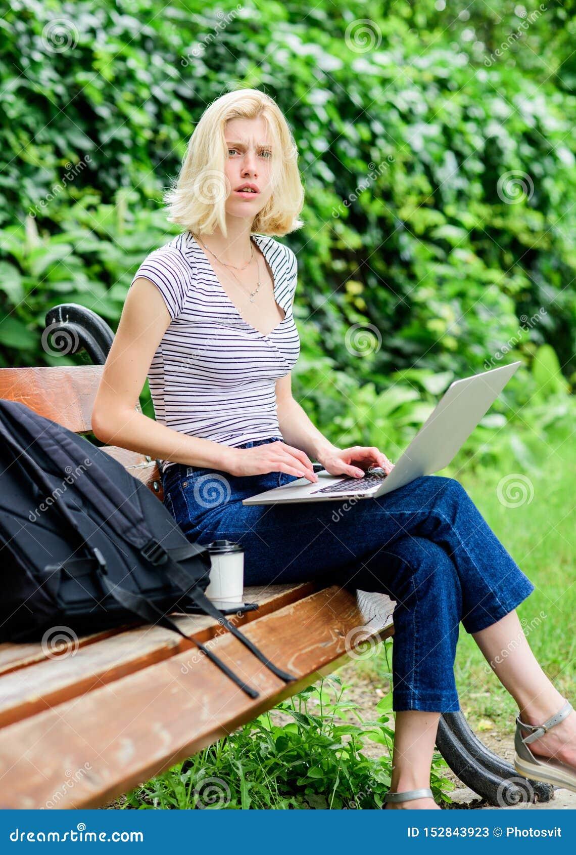 Bedrijfs mededeling het moderne bedrijfsvrouwenwerk openlucht koffiepauze bij bedrijfslunch Behendige zaken Mooie vrouw