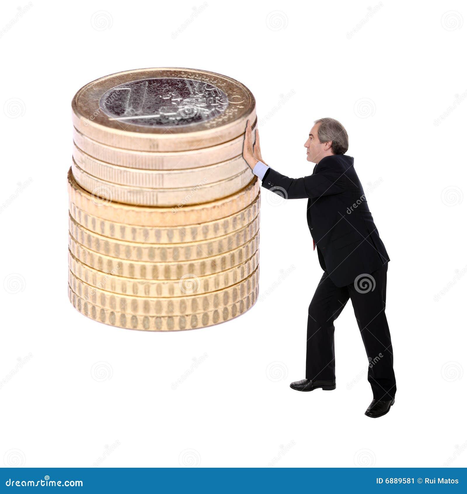 Bedrijfs mens die een stapel van euro muntstukken duwt