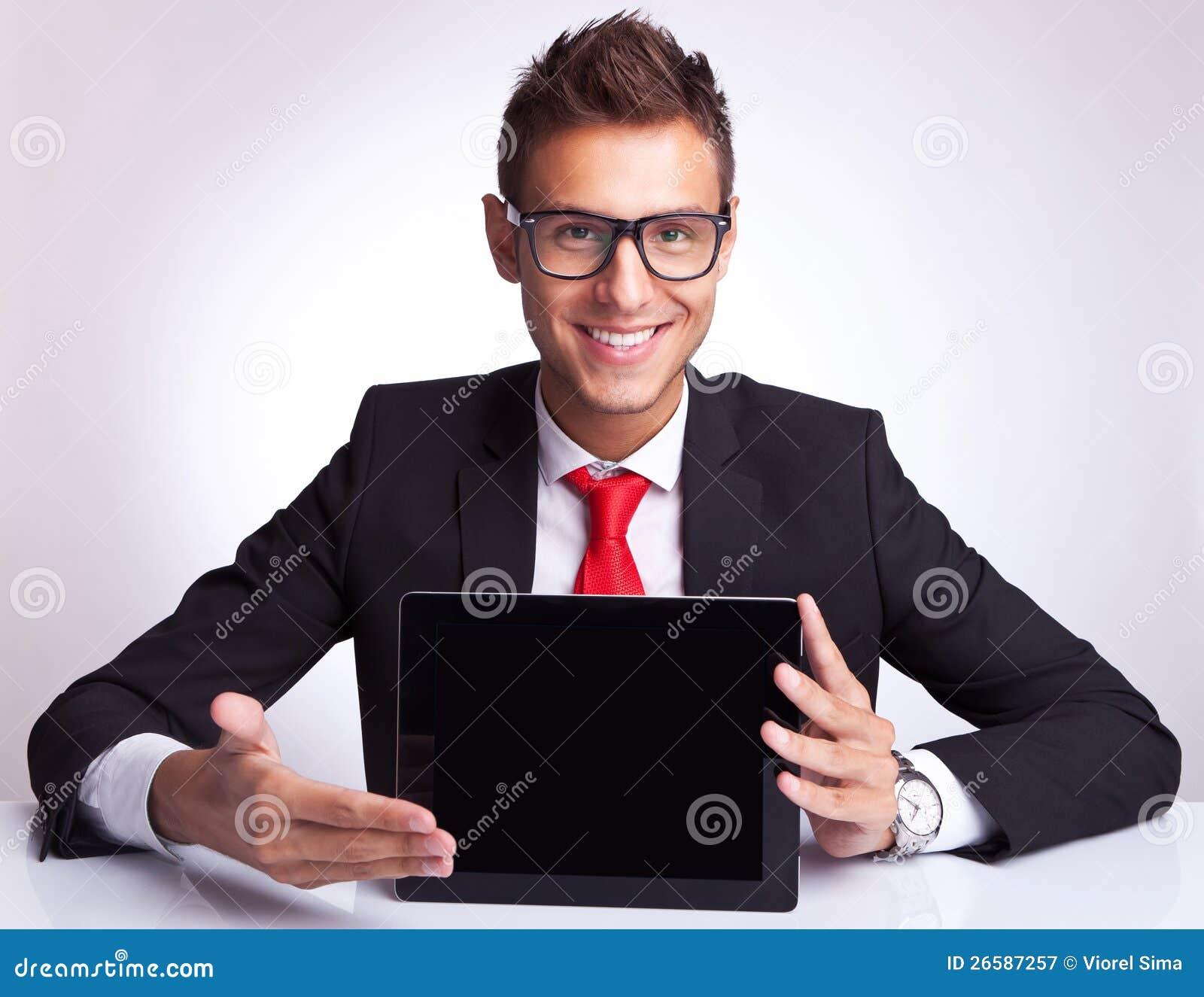 Bedrijfs mens die een touchscreen stootkussen voorstelt