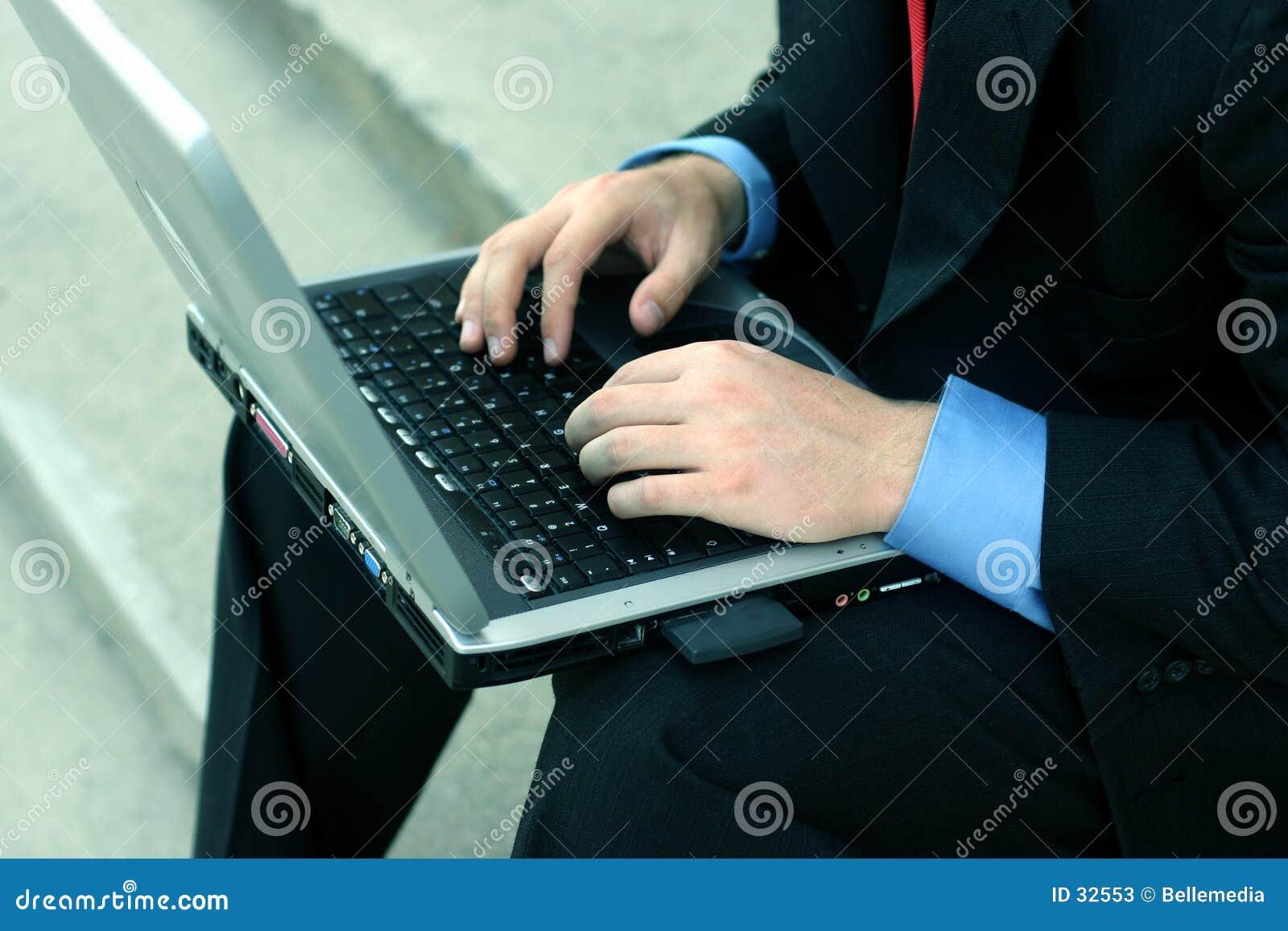 Bedrijfs mens op de computer
