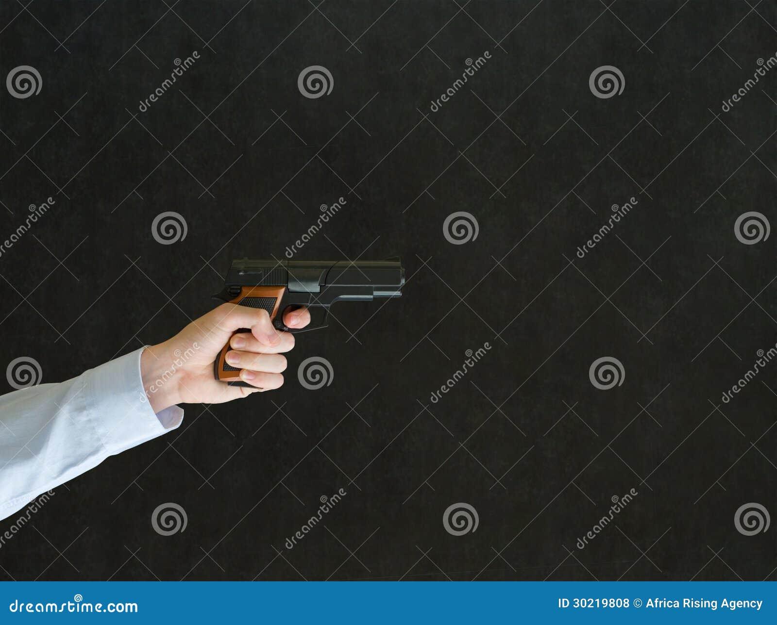 Mens die een kanon richten