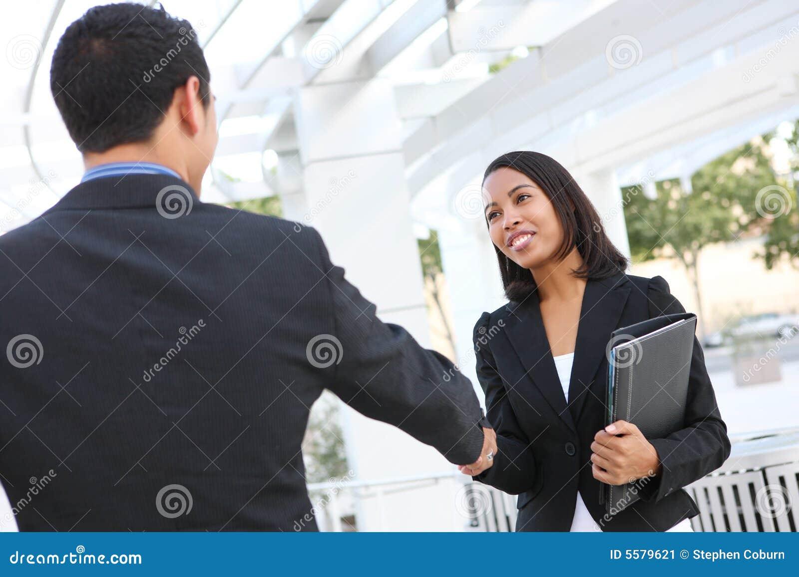 Bedrijfs Mensen die Handen schudden op Kantoor