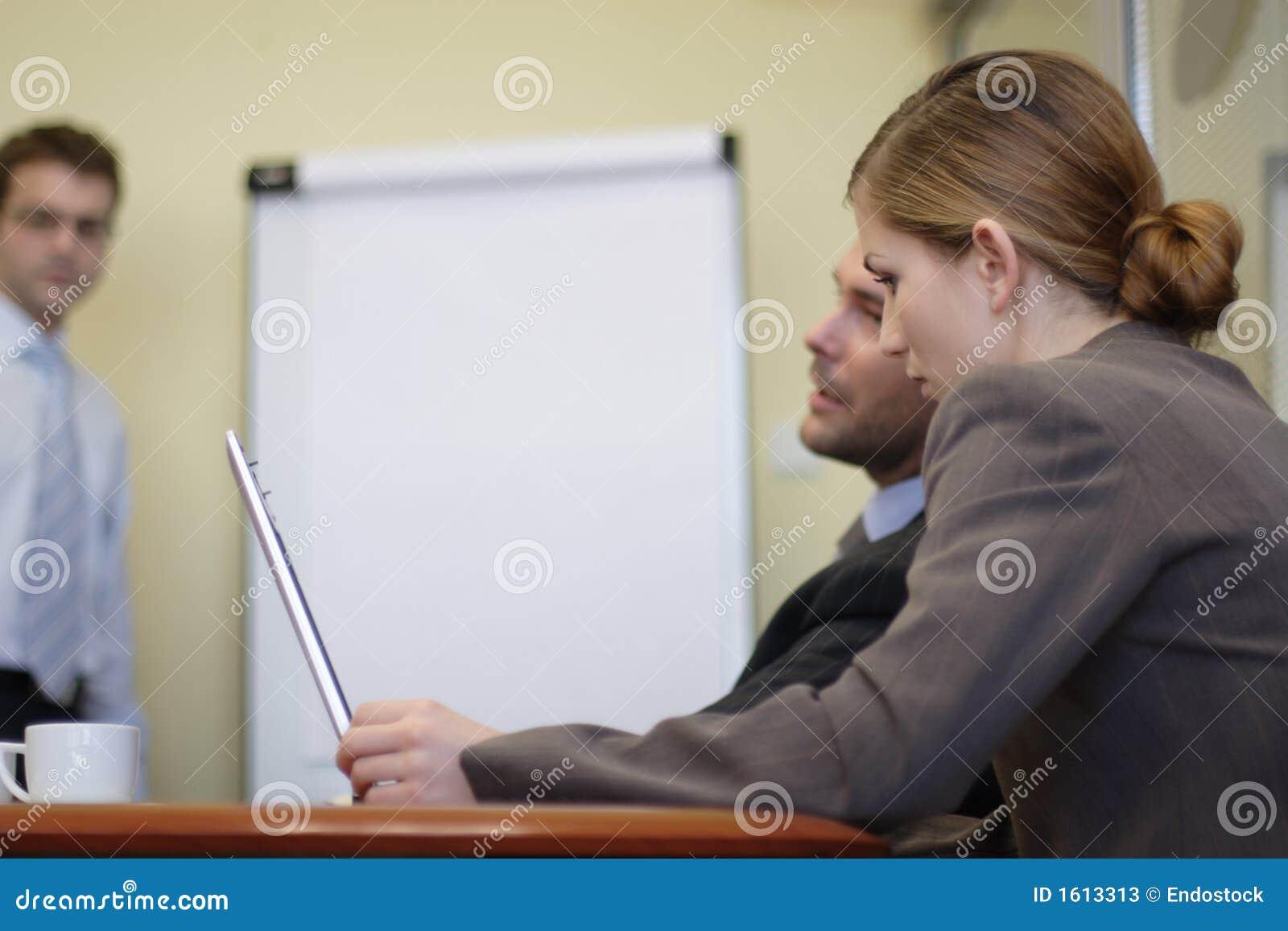 Bedrijfs mensen die in het bureau werken