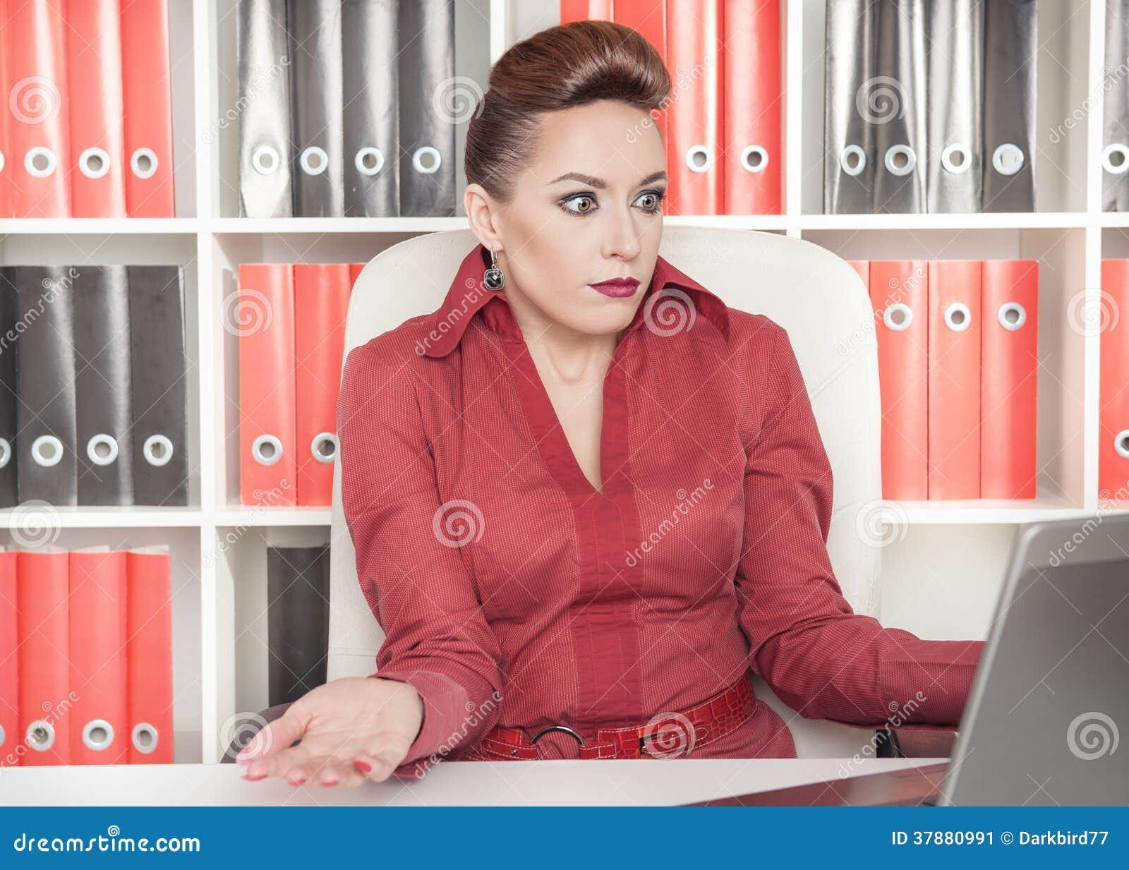 Bedrijfs verraste vrouw