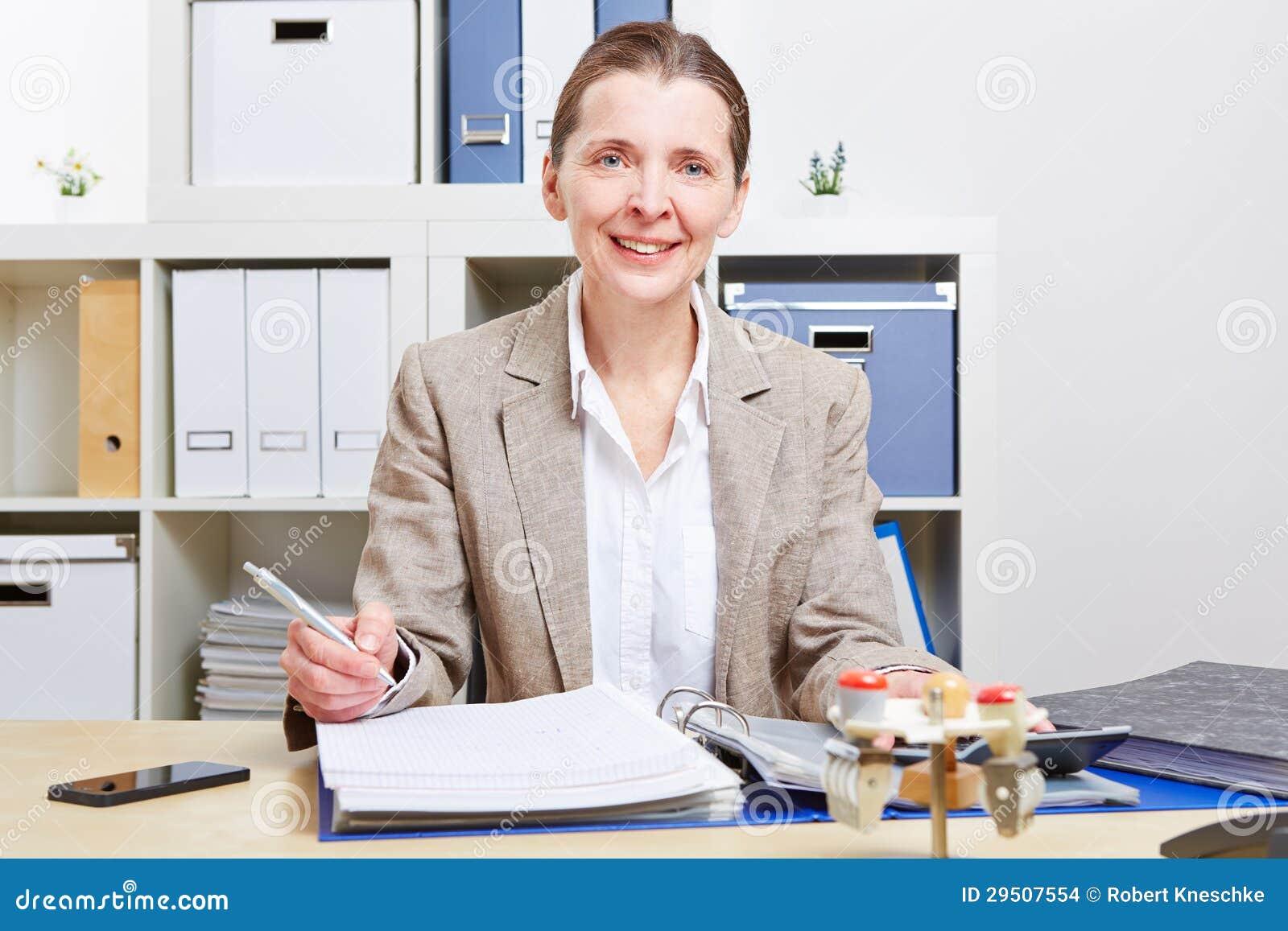 Bedrijfs vrouw met dossiers in bureau