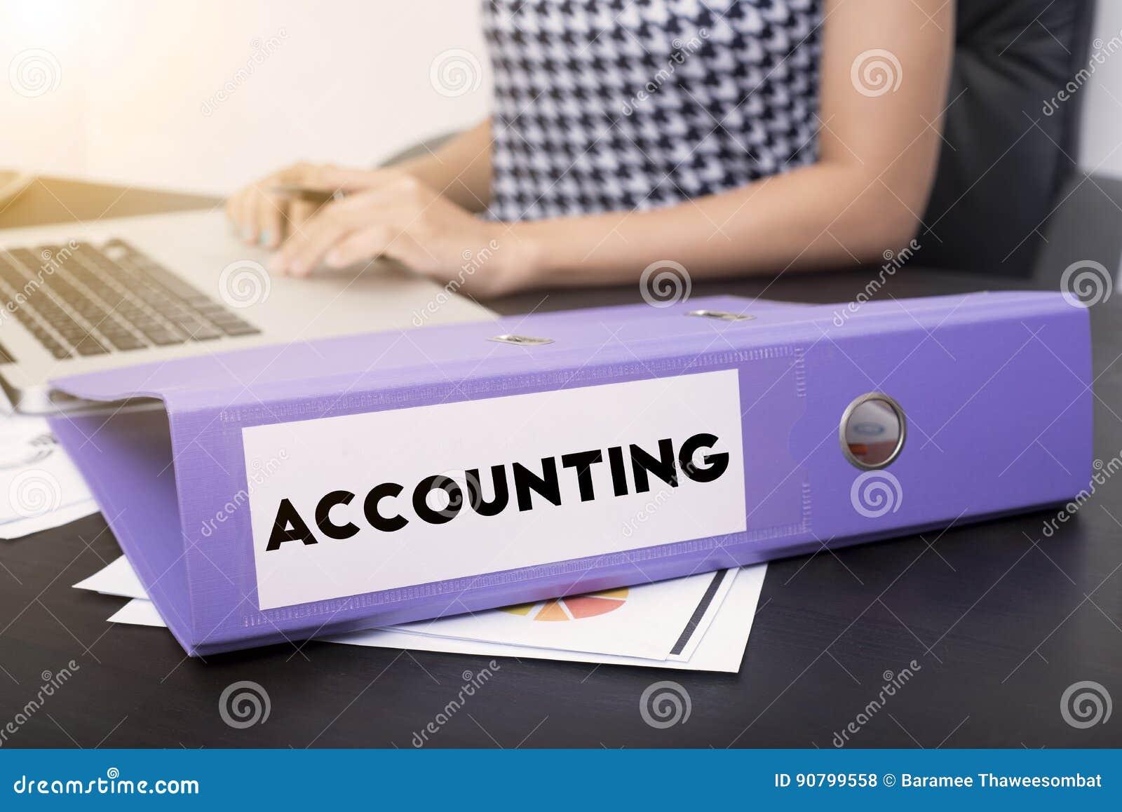 Bedrijfsaccountant met de boekhouding van het documentdossier