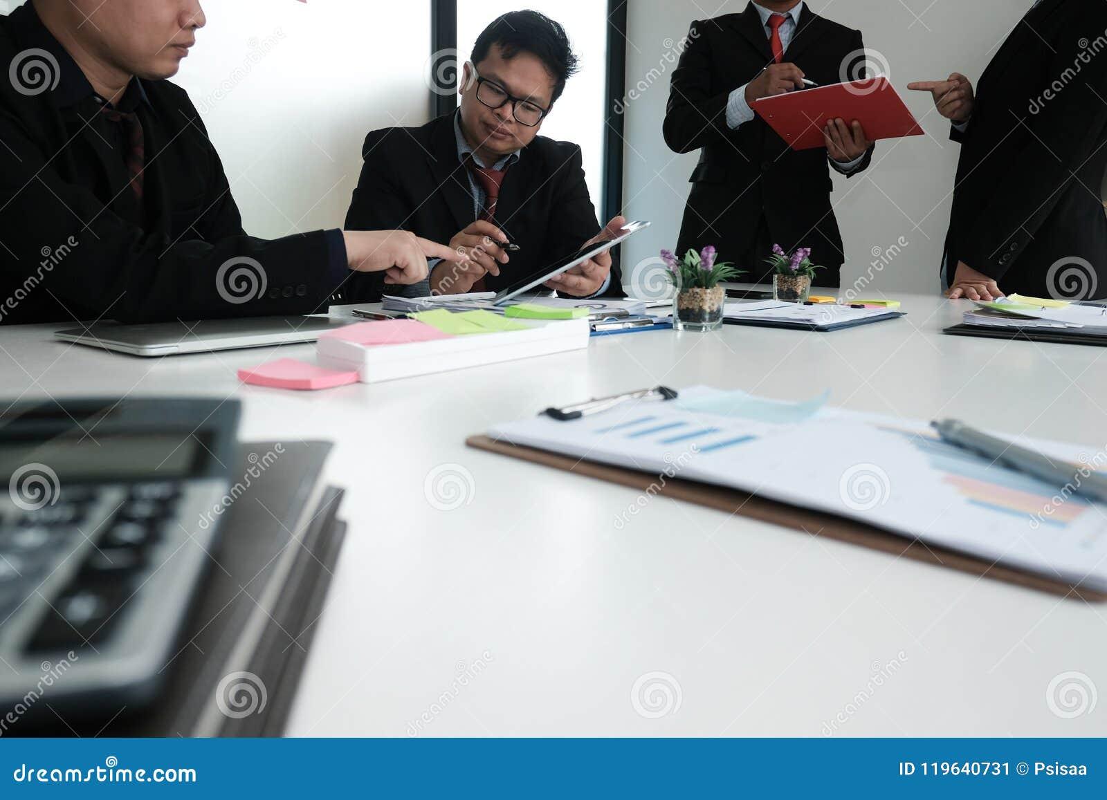 Bedrijfsadviseur die bedrijffinancieel verslag analyseren Professiona