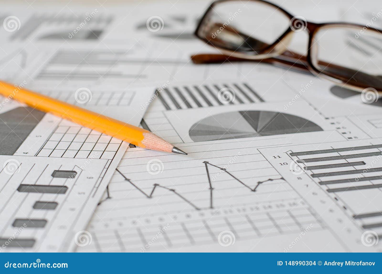Bedrijfsanalytics, grafieken en grafieken Het schematische trekken op papier