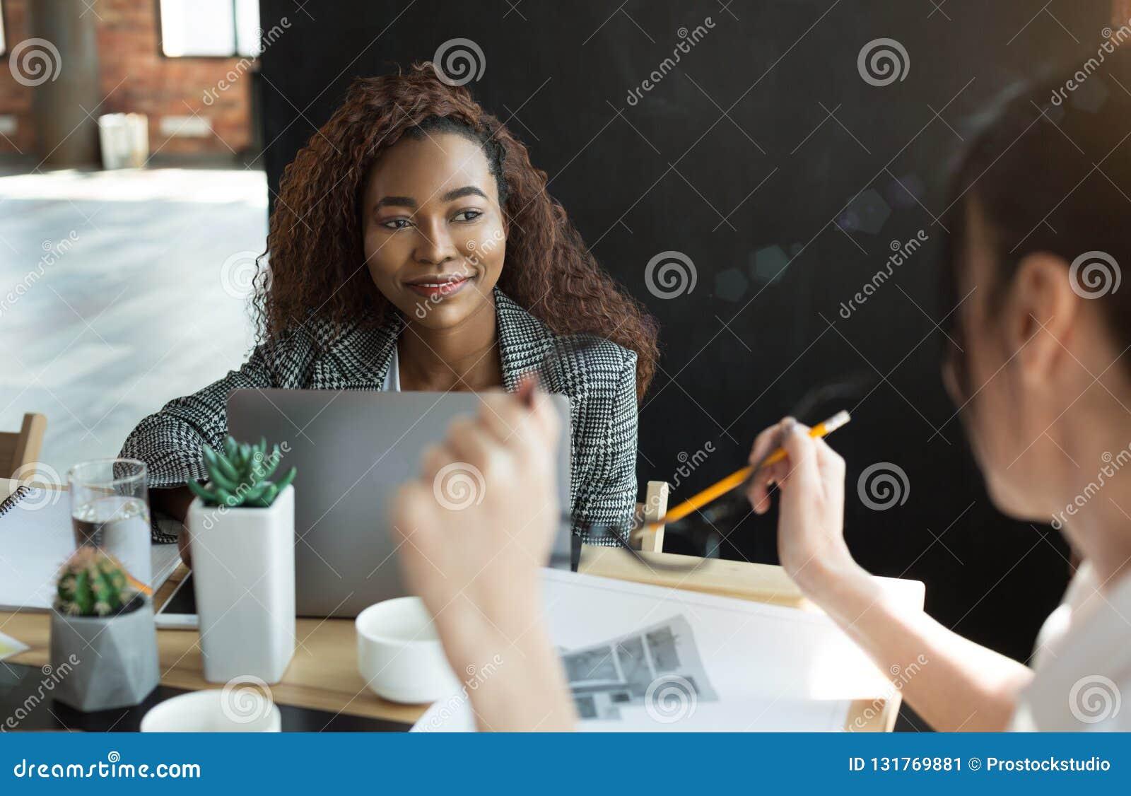 Bedrijfscollega s die, wekelijkse planning in bureau samenkomen