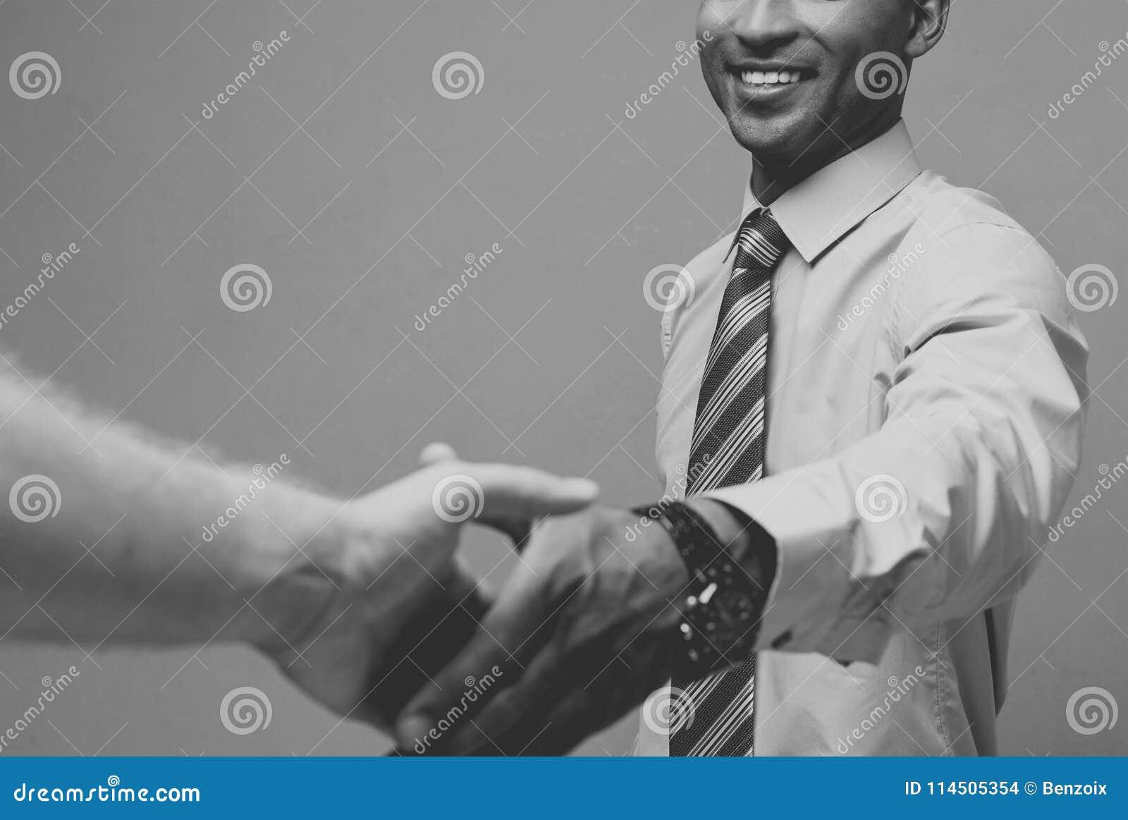Bedrijfsconcept - Close-up van twee zekere bedrijfsmensen die handen schudden tijdens een vergadering Rebecca 36