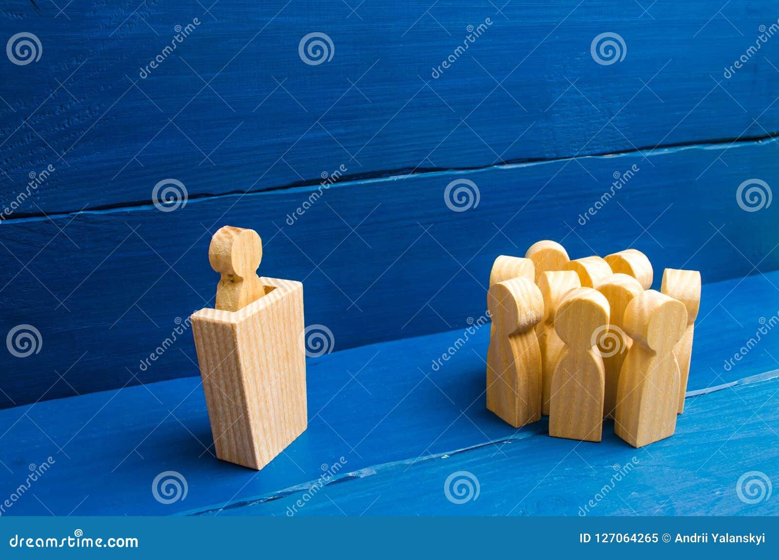 Bedrijfsconcept leider en leidingskwaliteiten, menigtebeheer, politieke debat en verkiezingen Drie mensen achter hun ruggentoeste