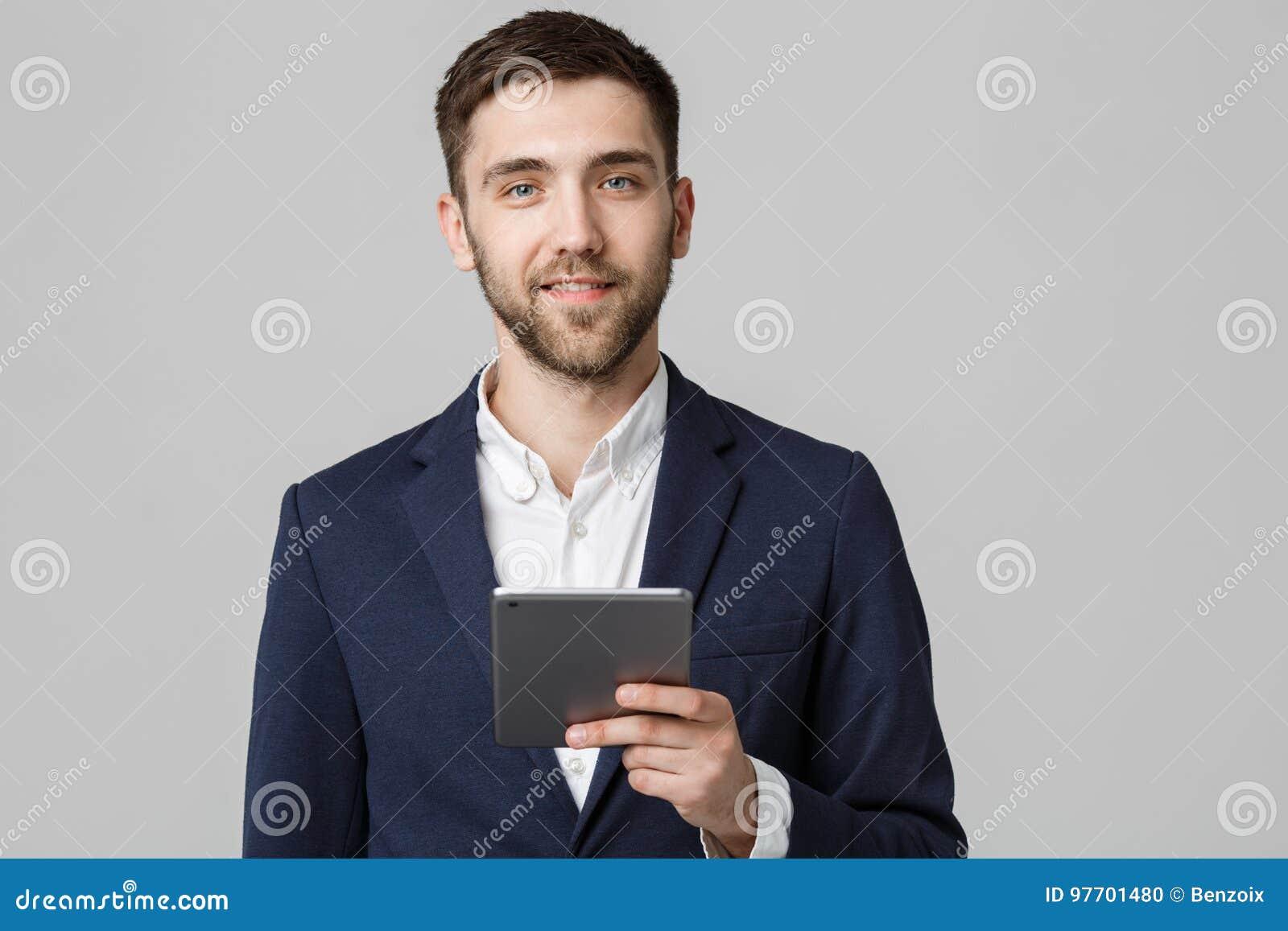 Bedrijfsconcept - Portret Knappe Bedrijfsmens die digitale tablet met het glimlachen zeker gezicht spelen Witte achtergrond De ru
