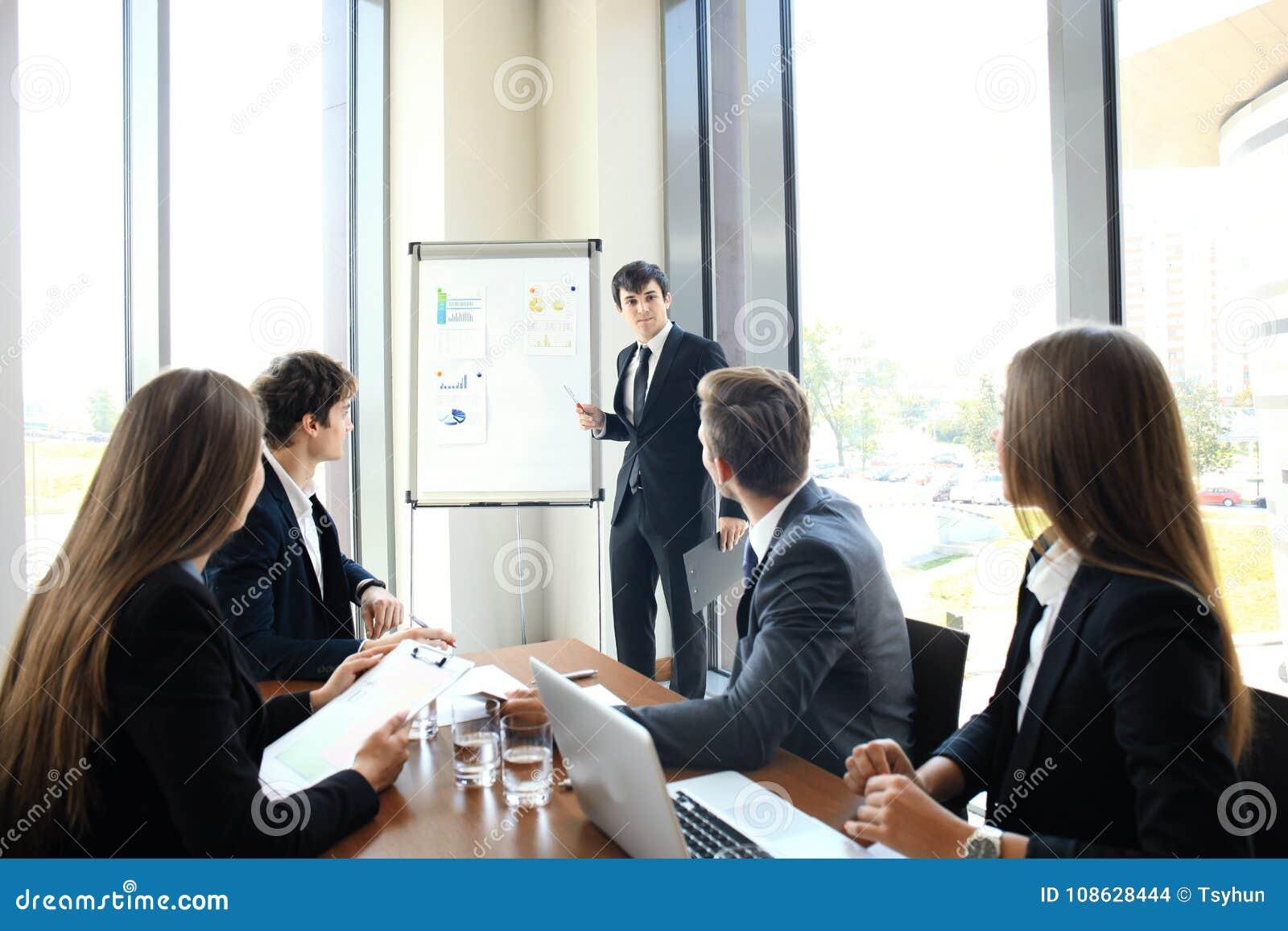 Bedrijfsconferentiepresentatie met team opleidings flipchart bureau