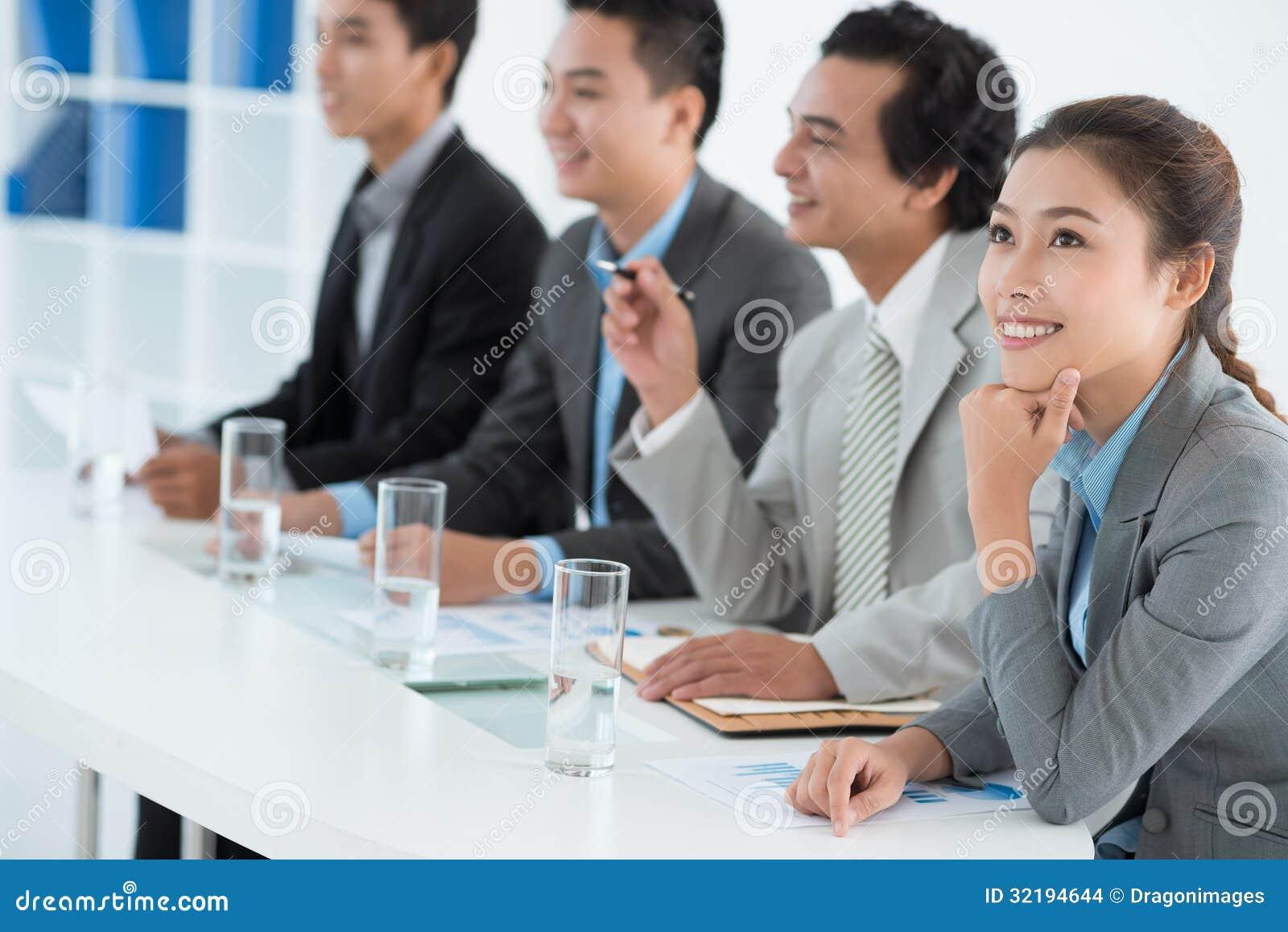 Bedrijfsdame bij de presentatie