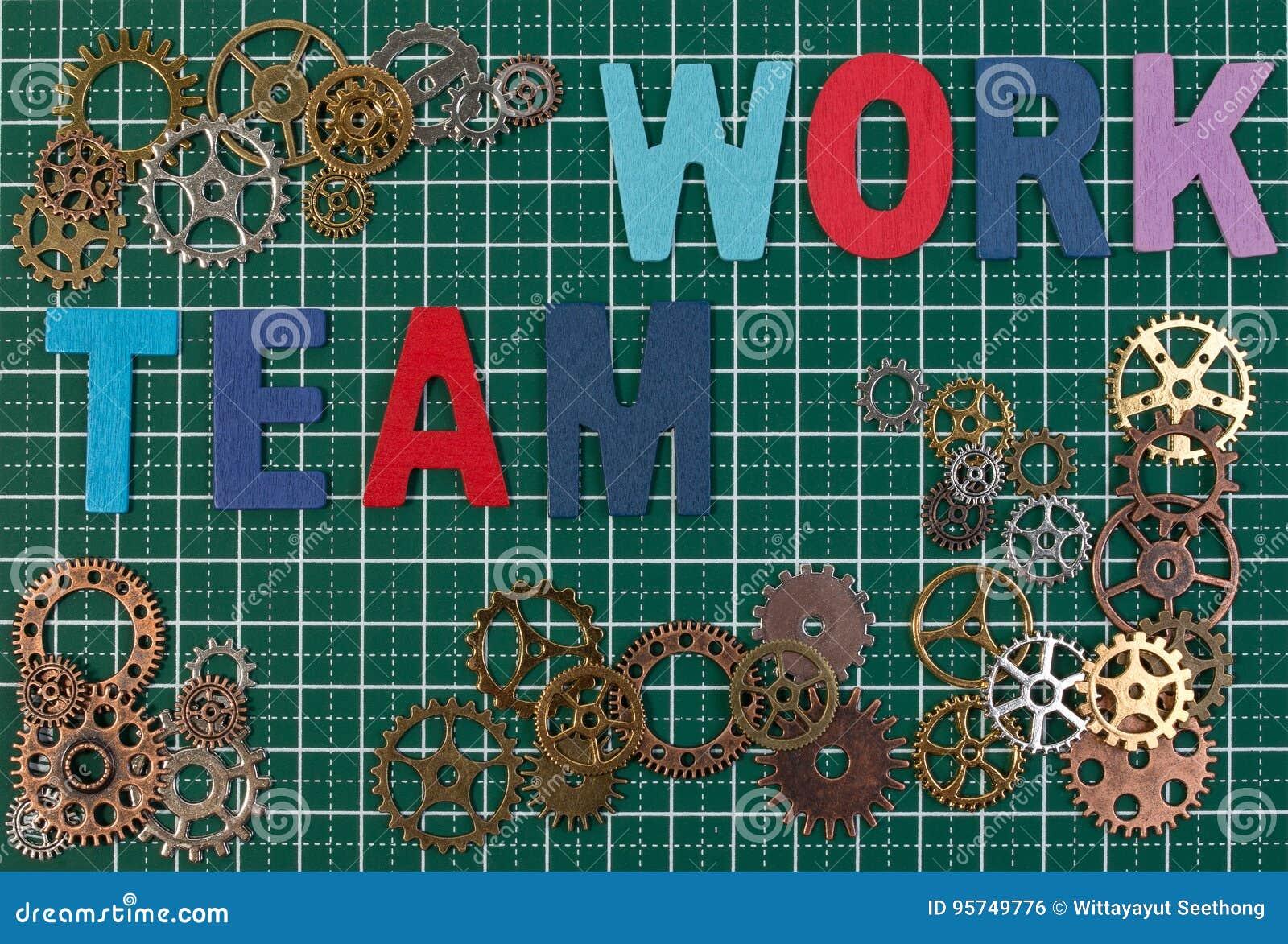 Bedrijfshulpmiddelen en bedrijfssuccesconcept Metaaltoestellen op de scherpe achtergrond van de raadsmat met het werk van het woo