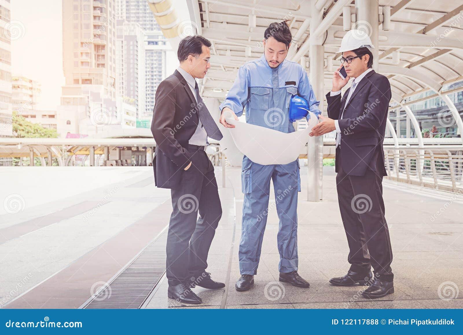 Bedrijfsleider en ingenieursvergaderingsproject bij bouwsi