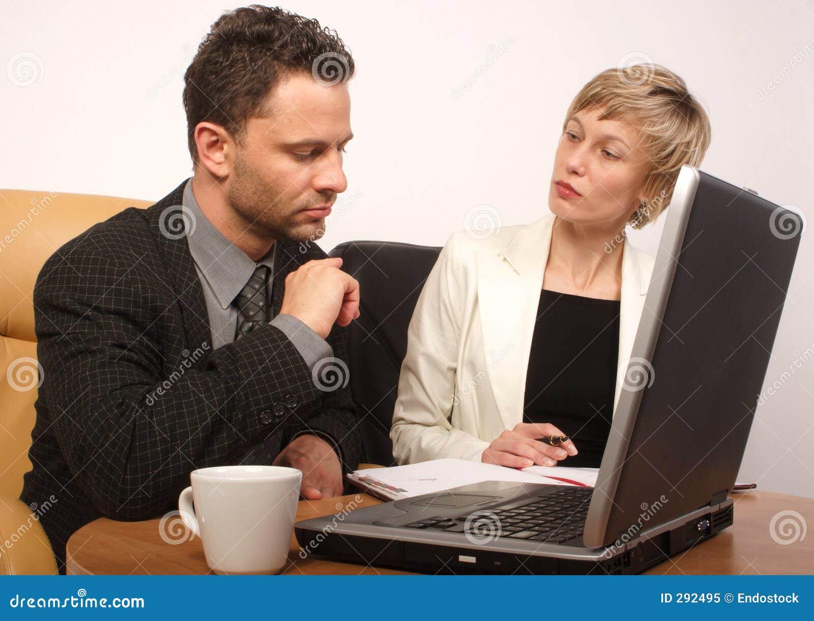 Bedrijfsman & vrouw die samenwerken
